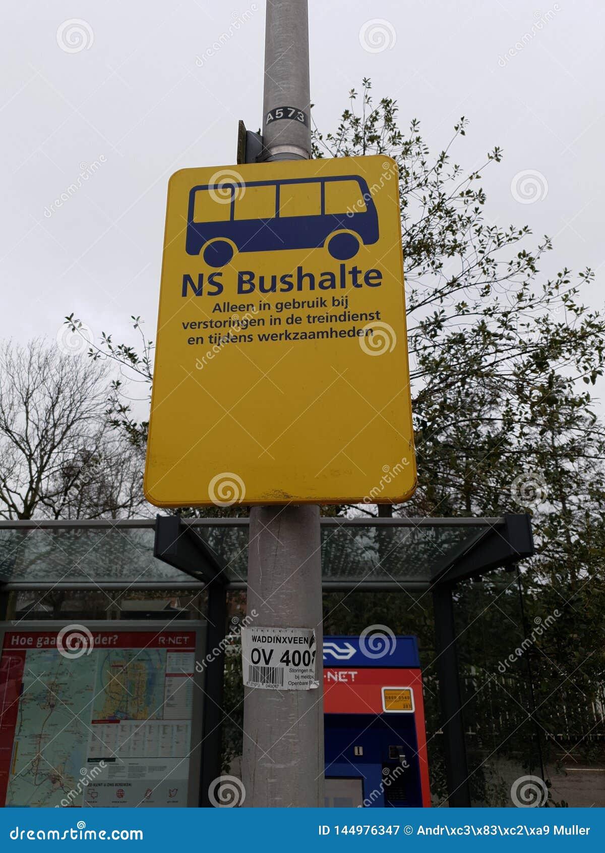 Segno giallo per il bus della sostituzione quando il treno di R-NET fra gouda e alphen la tana aan Rijn non è in servizio