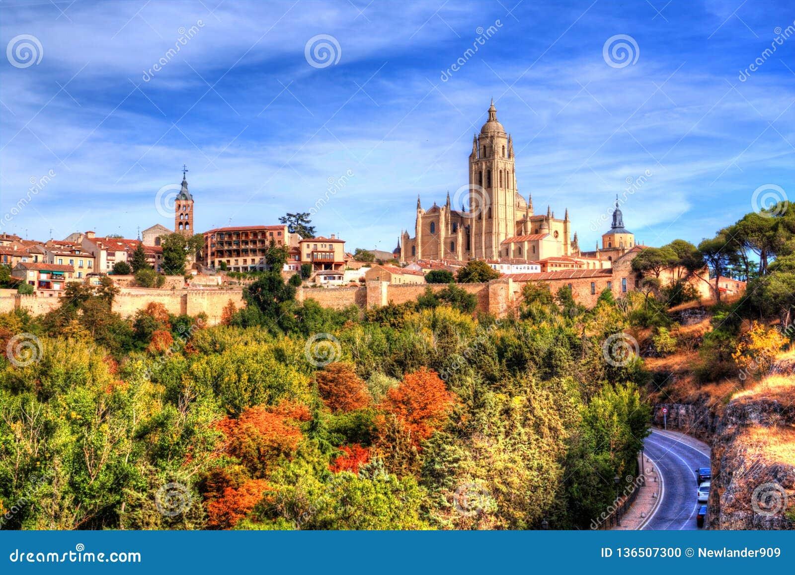 Segovia, Espagne Vue au-dessus de la ville avec sa cathédrale et murs médiévaux