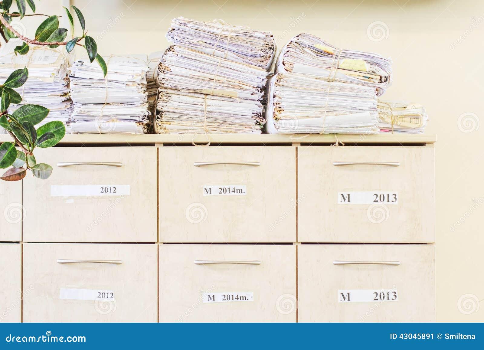 Segregowanie gabinet i sterta starzy papiery