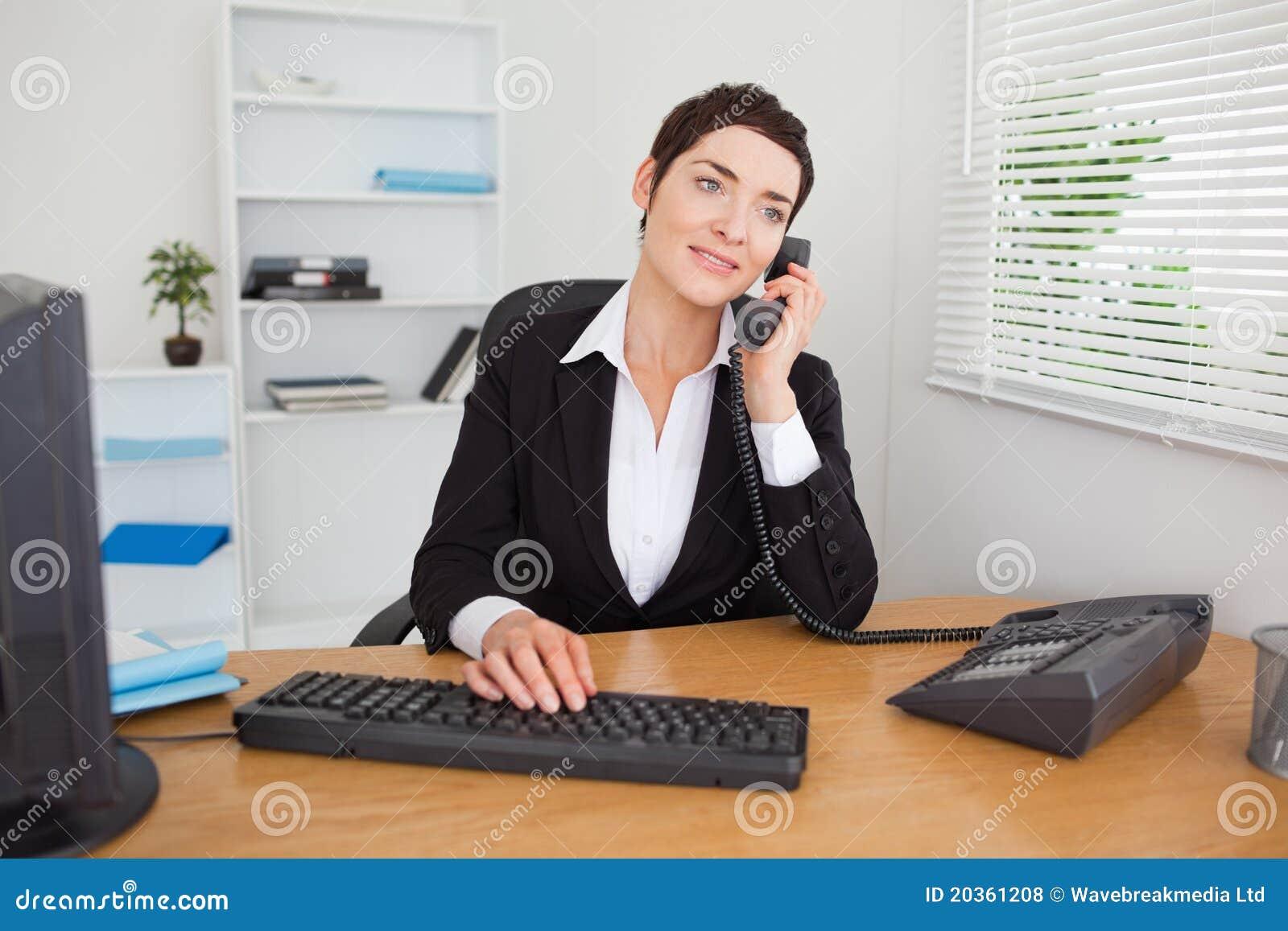 Segretaria che risponde al telefono