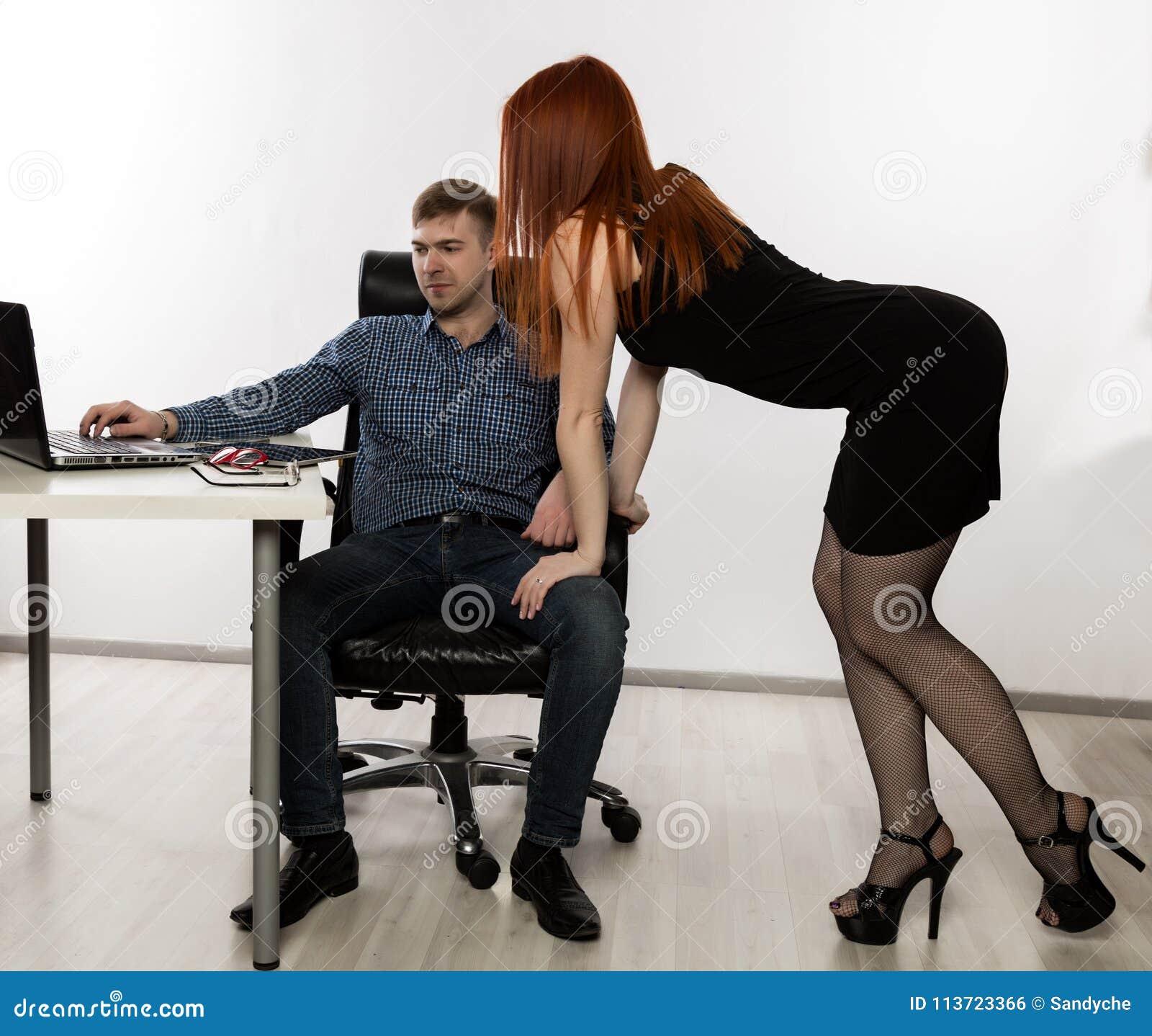 Segretario sexy che flirta con il capo nel posto di lavoro molestia sessuale e concetto di abuso dell ufficio