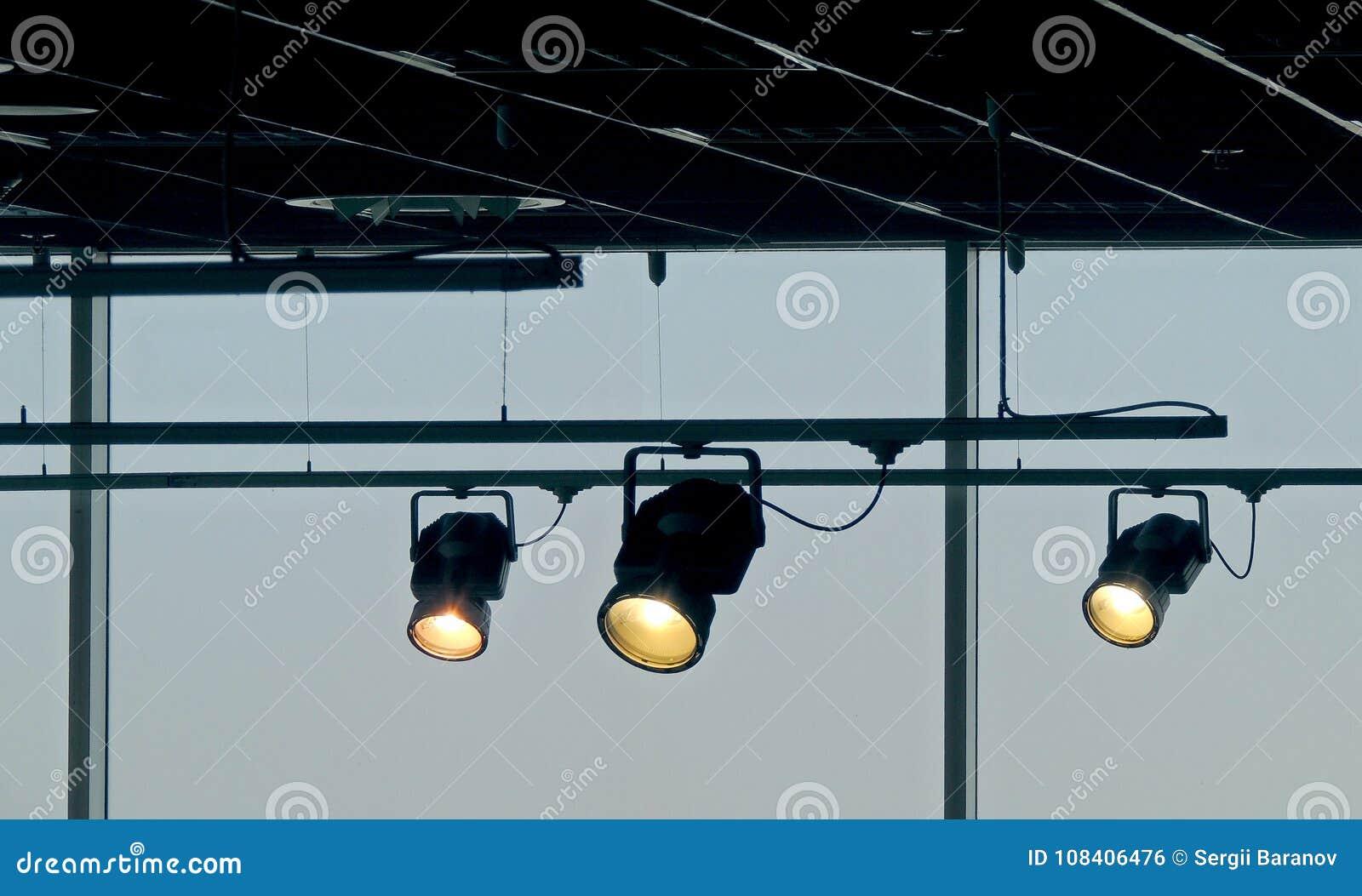 Seguir projetores brilha no sistema ferroviário do teto