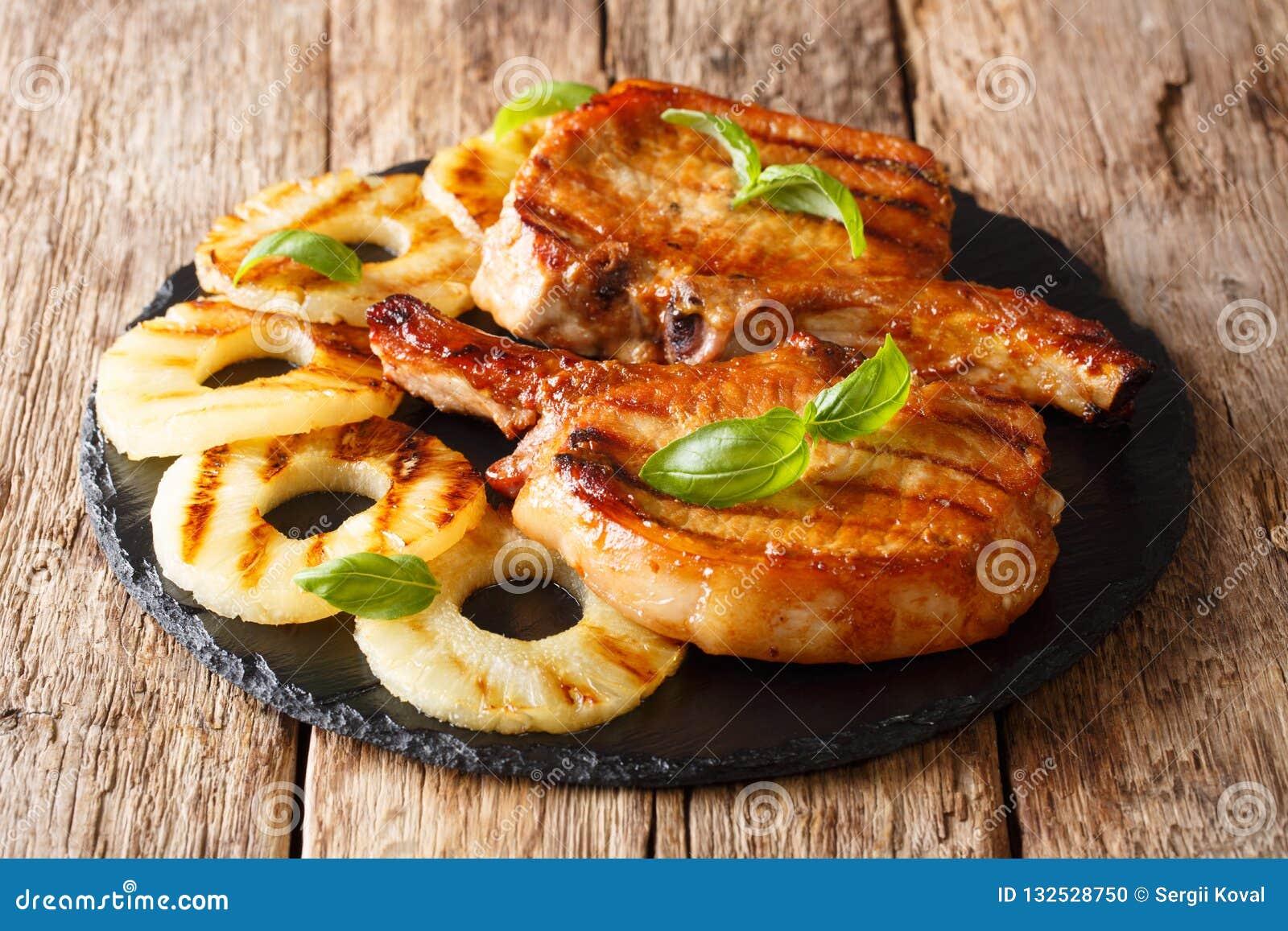 Segundo plato: filete de chuleta de cerdo asado a la parrilla en esmalte de la miel con el pineapp
