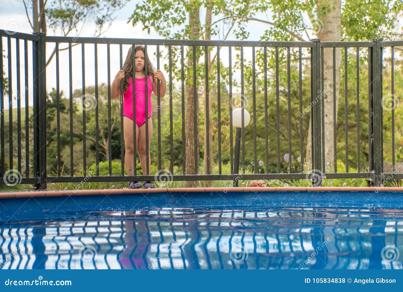 Segurança da associação - menina fora da cerca