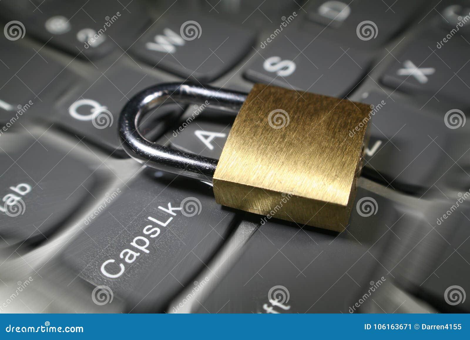 Seguridad cibernética con la cerradura del oro en la foto de la acción de la explosión del enfoque del teclado de ordenador