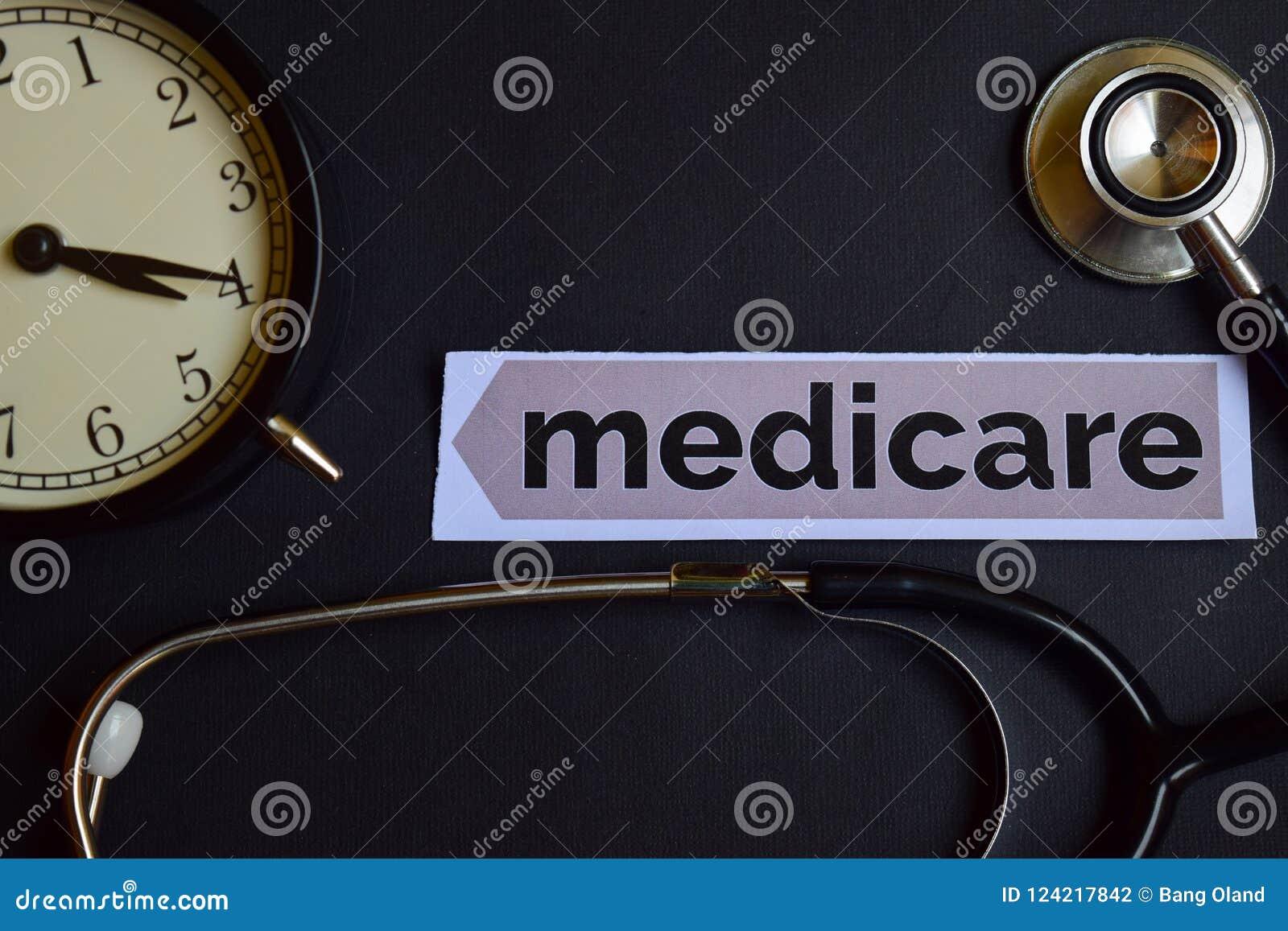 Seguro de enfermedad en el papel de la impresión con la inspiración del concepto de la atención sanitaria despertador, estetoscop