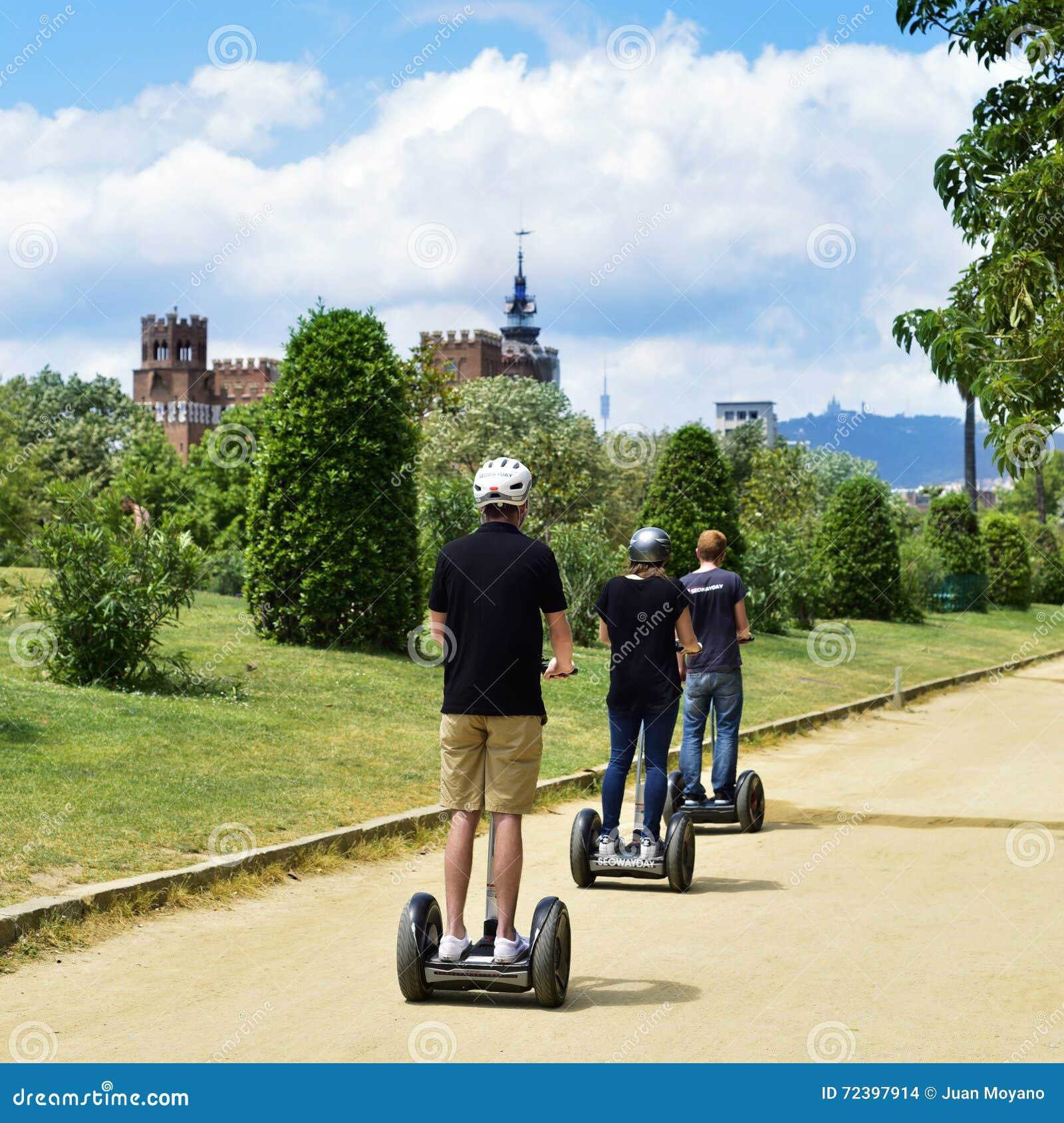 Segway turnerar på Parc de la Ciutadella i Barcelona, Spanien