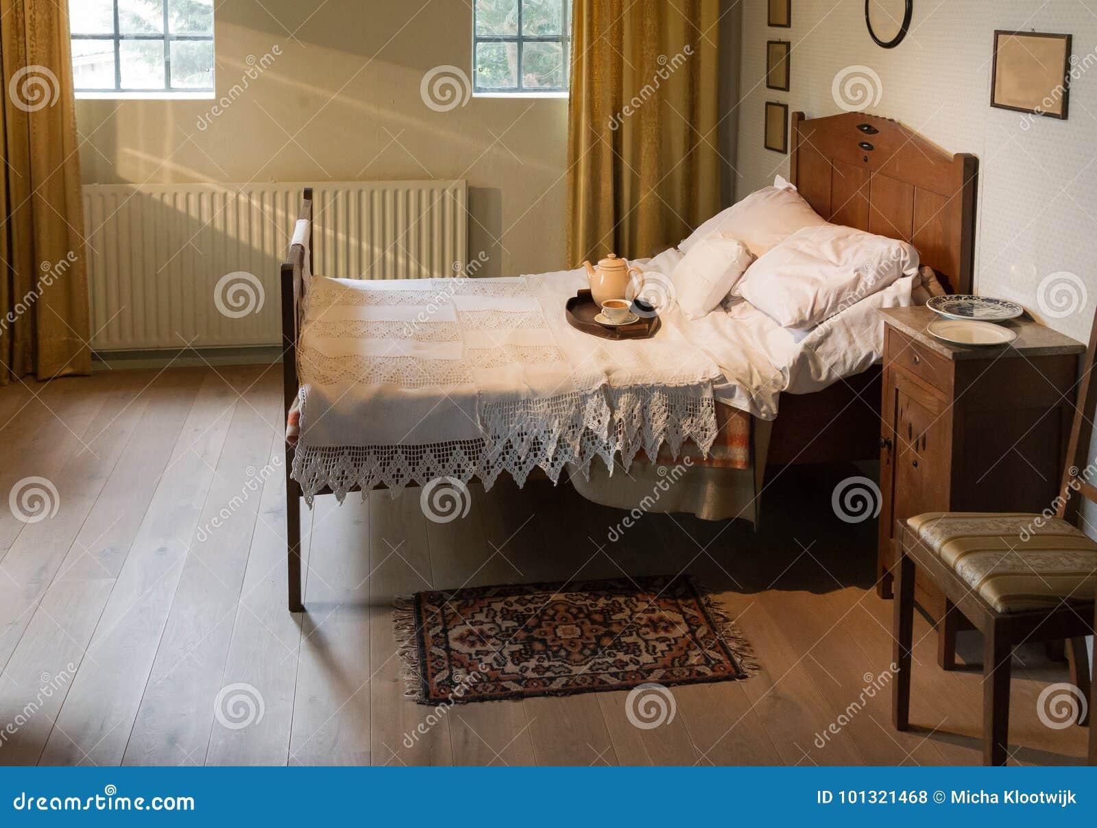Sehr altes Schlafzimmer stockfoto. Bild von schlafzimmer - 101321468