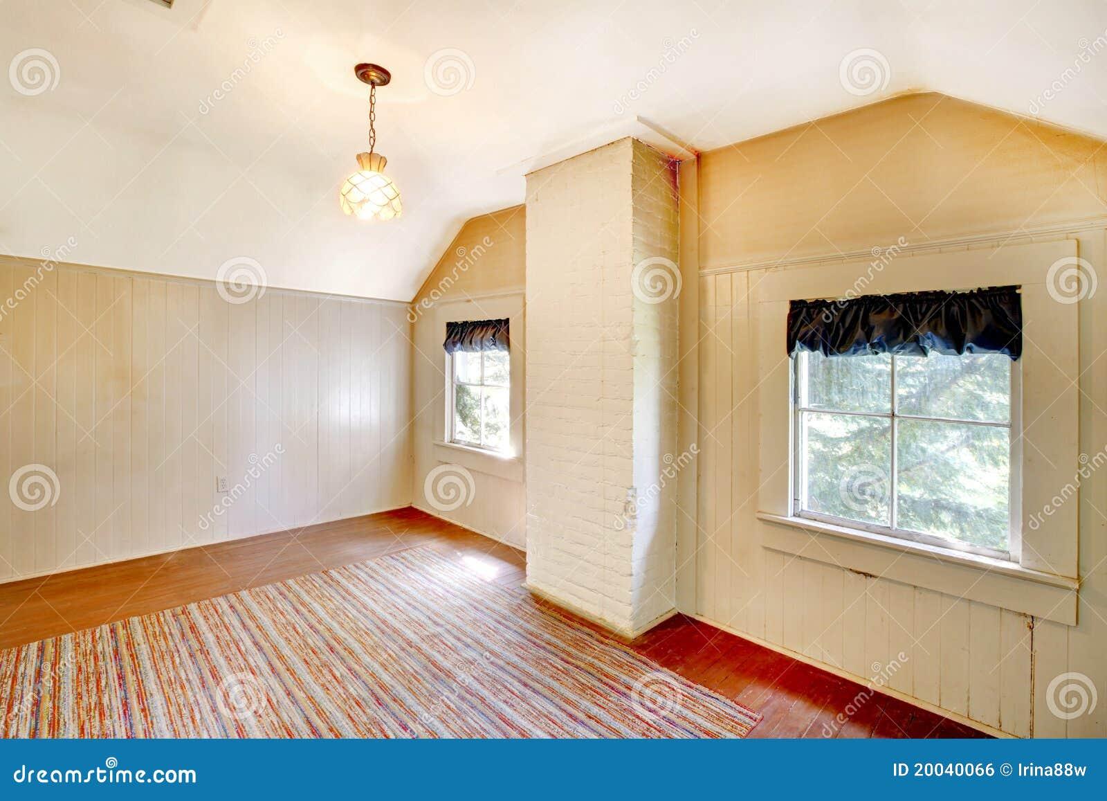 sehr altes schlafzimmer leer mit weißen wänden. lizenzfreies, Schlafzimmer entwurf