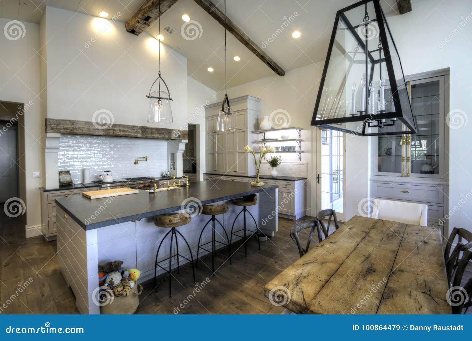 Sehr Große Neue Küche Und Esszimmer Stockbild - Bild von ...