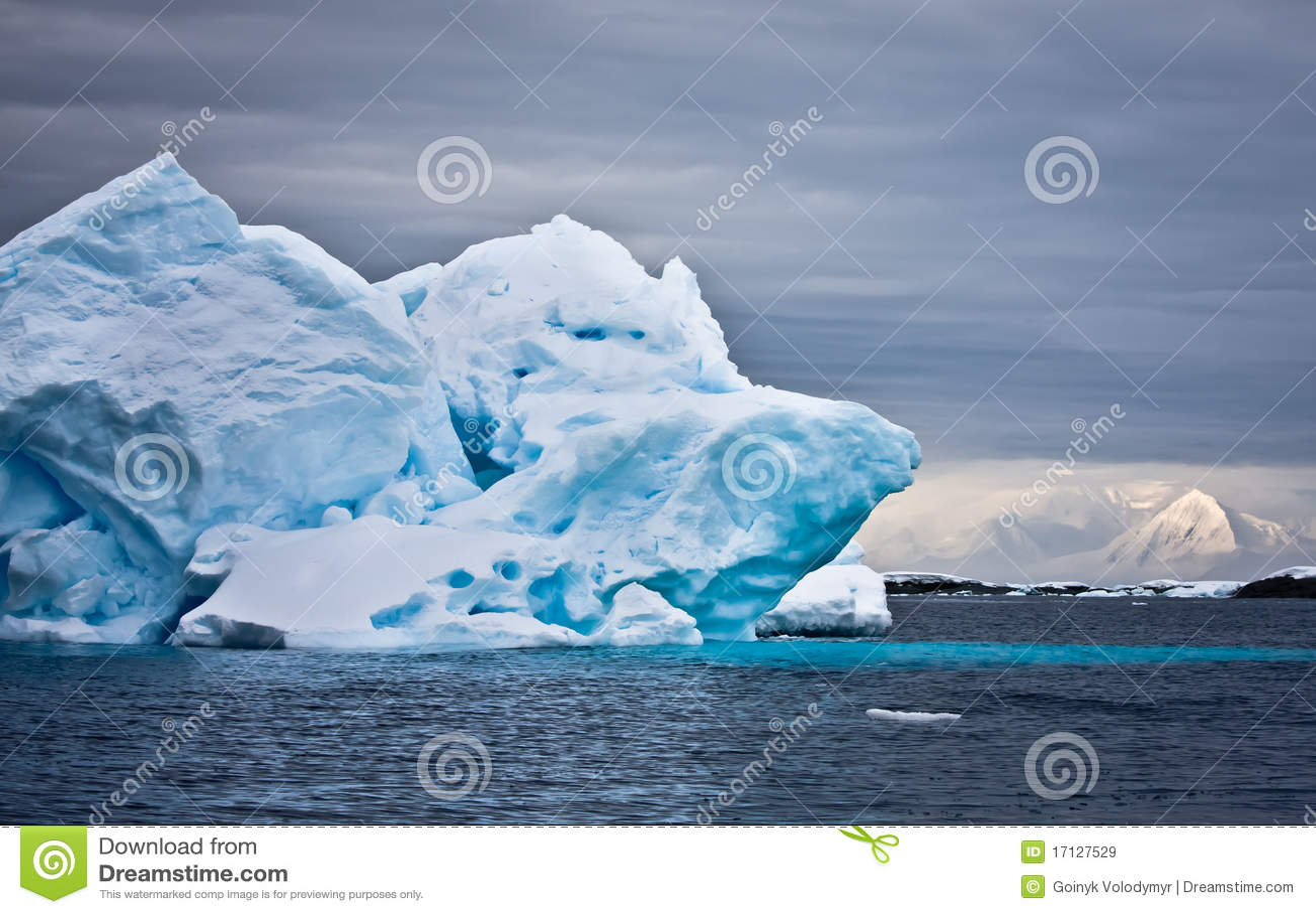 Sehr großer Eisberg in Antarktik