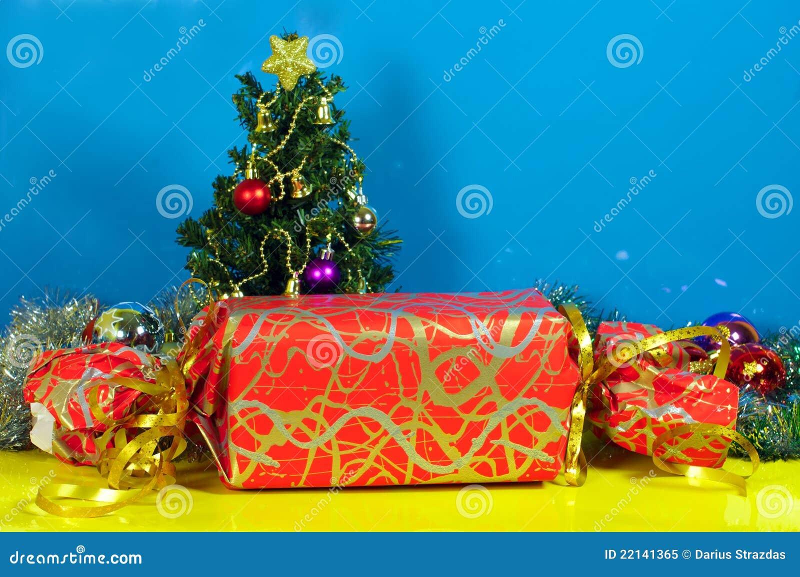 Sehr Großes Weihnachtsgeschenk Und Wenig Baum Stockbild - Bild von ...