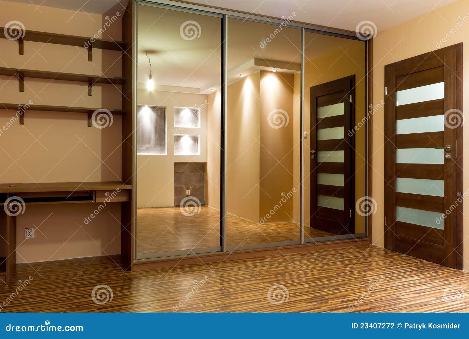 sehr gro e garderobe der modernen wohnung stockfotografie. Black Bedroom Furniture Sets. Home Design Ideas
