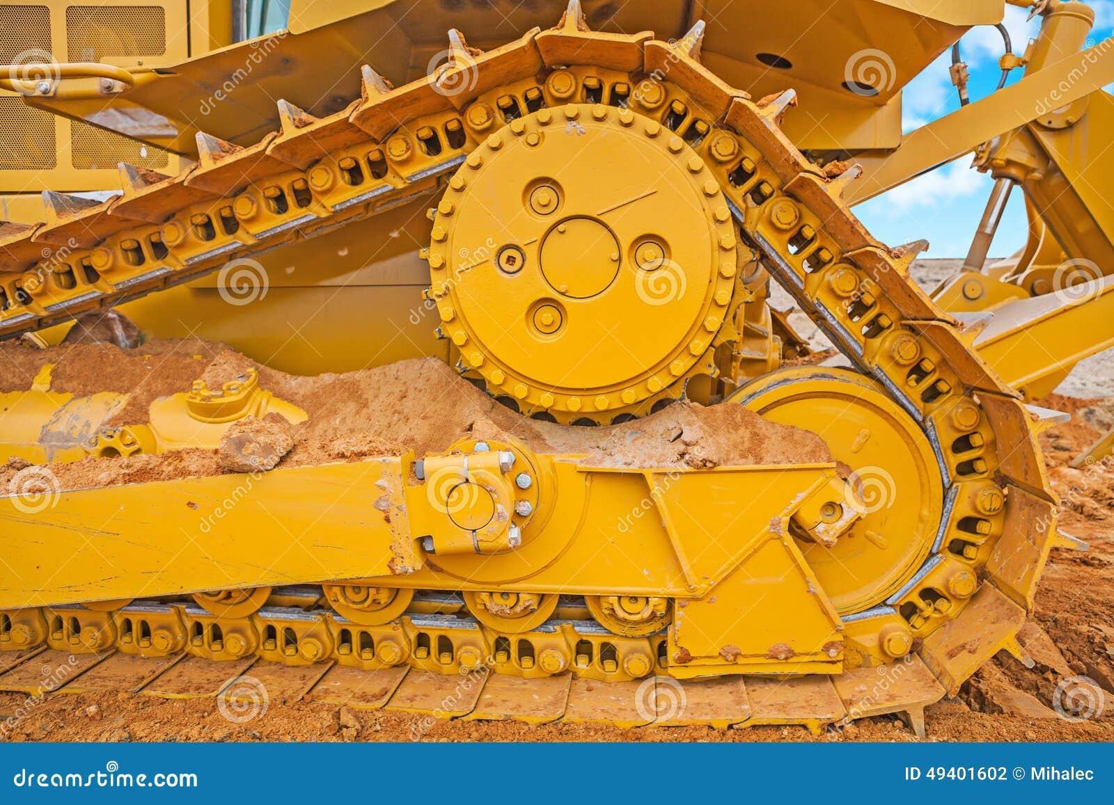 Download Sehr Nah Herauf Ansicht Die Bahn Von Bbulldozer Auf Sand Stockfoto - Bild von geschäft, wolken: 49401602