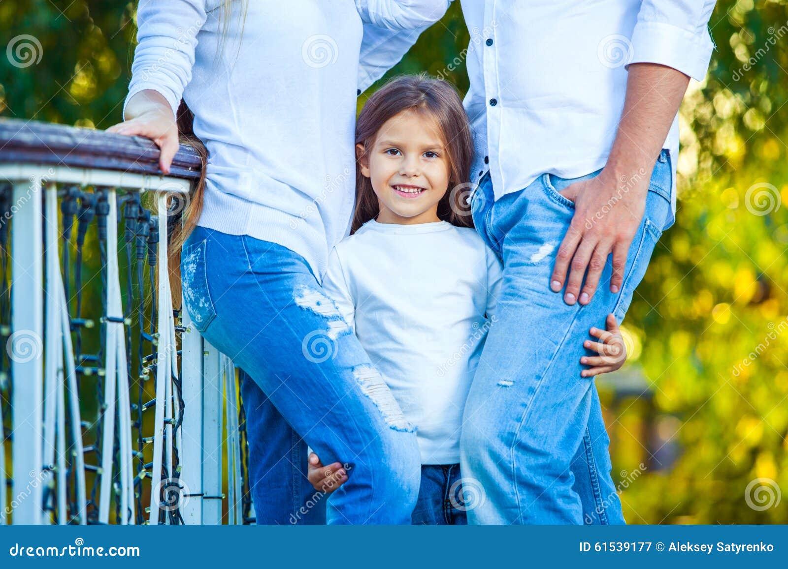 Sehr nettes kleines blondes Mädchen, welches die Fußmutter hält