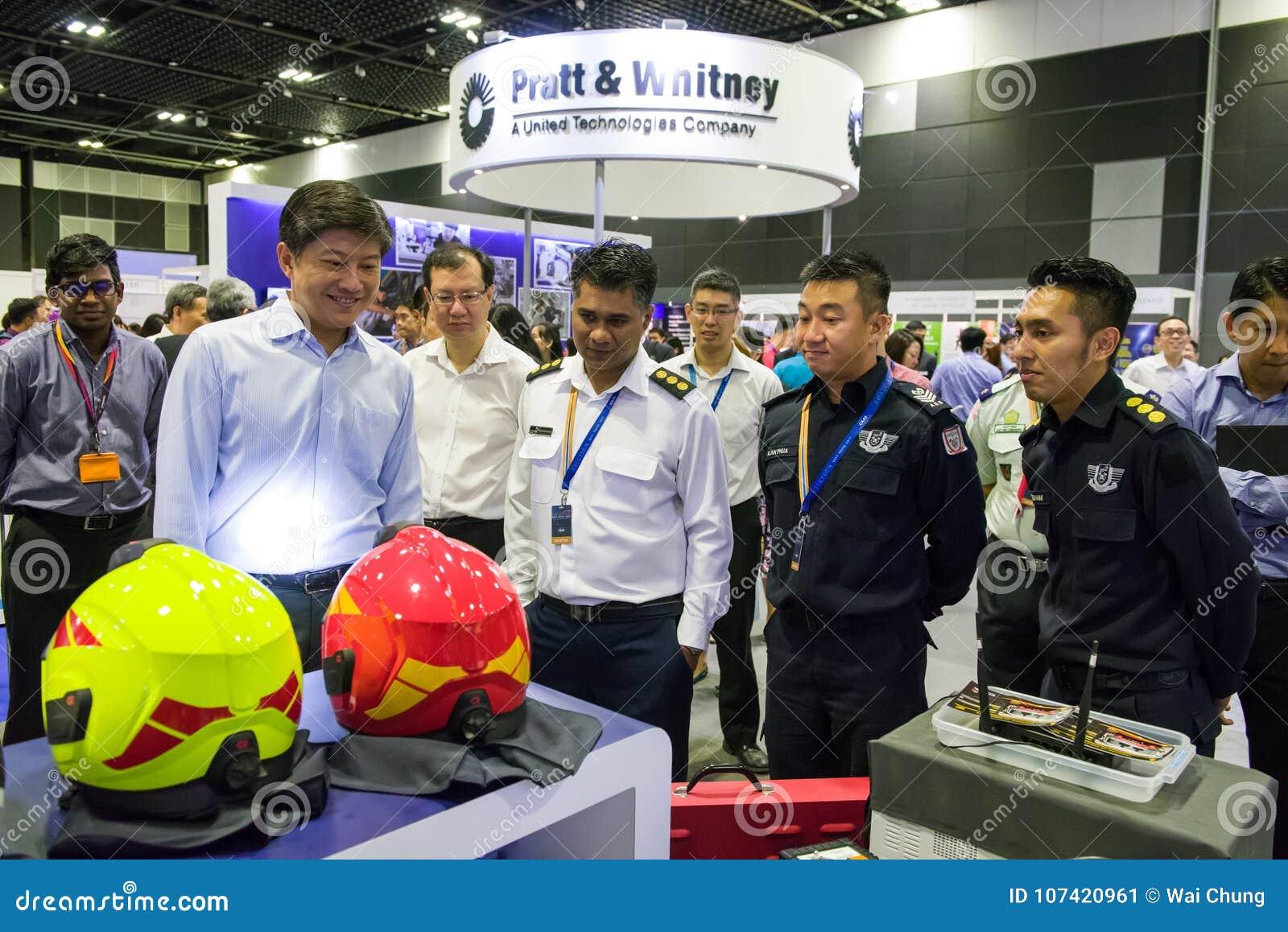 Seien Sie Besuchsstände Ng Chee Meng am Luftfahrt-offenen Haus behilflich