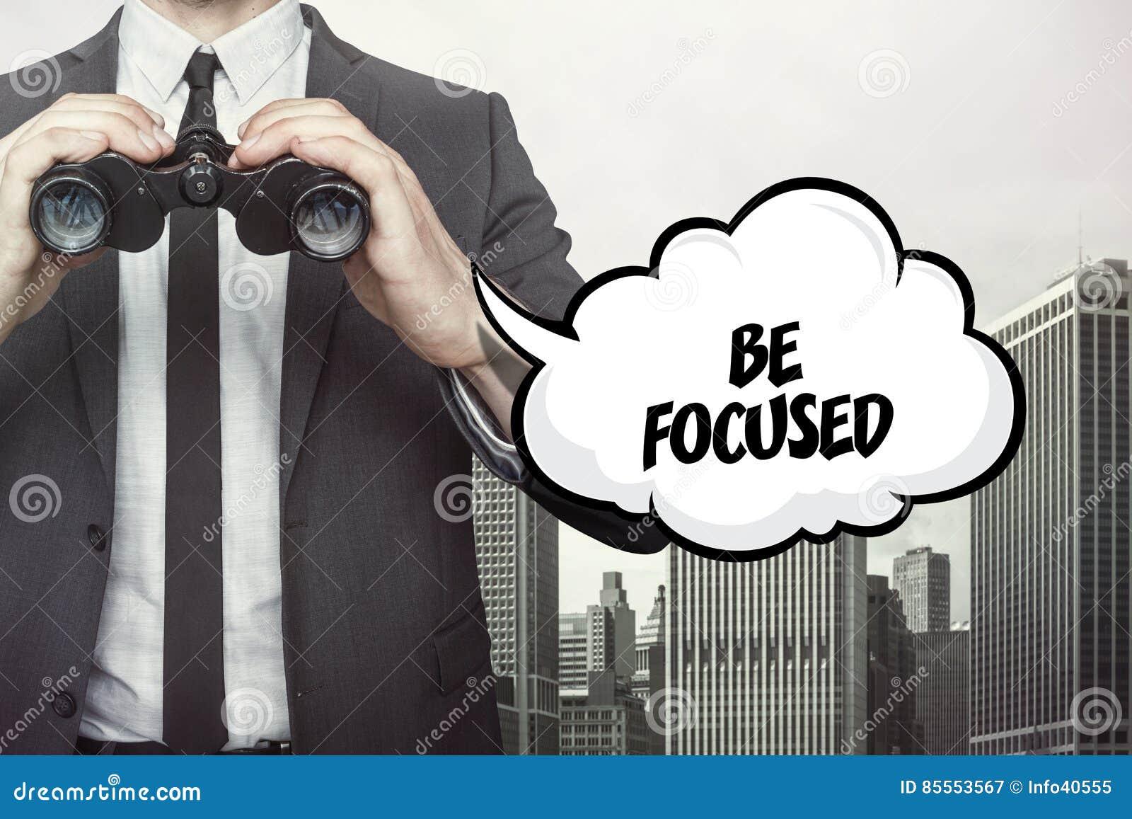 Seien Sie fokussierter Text auf Tafel mit Geschäftsmann