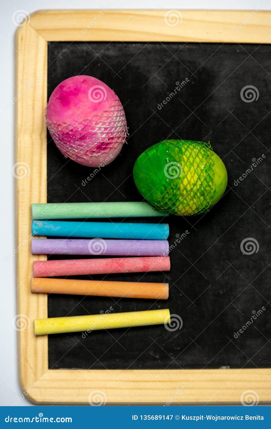 Seien Sie - Kreide in den Regenbogenfarben auf einem schwarzen Brett kreativ