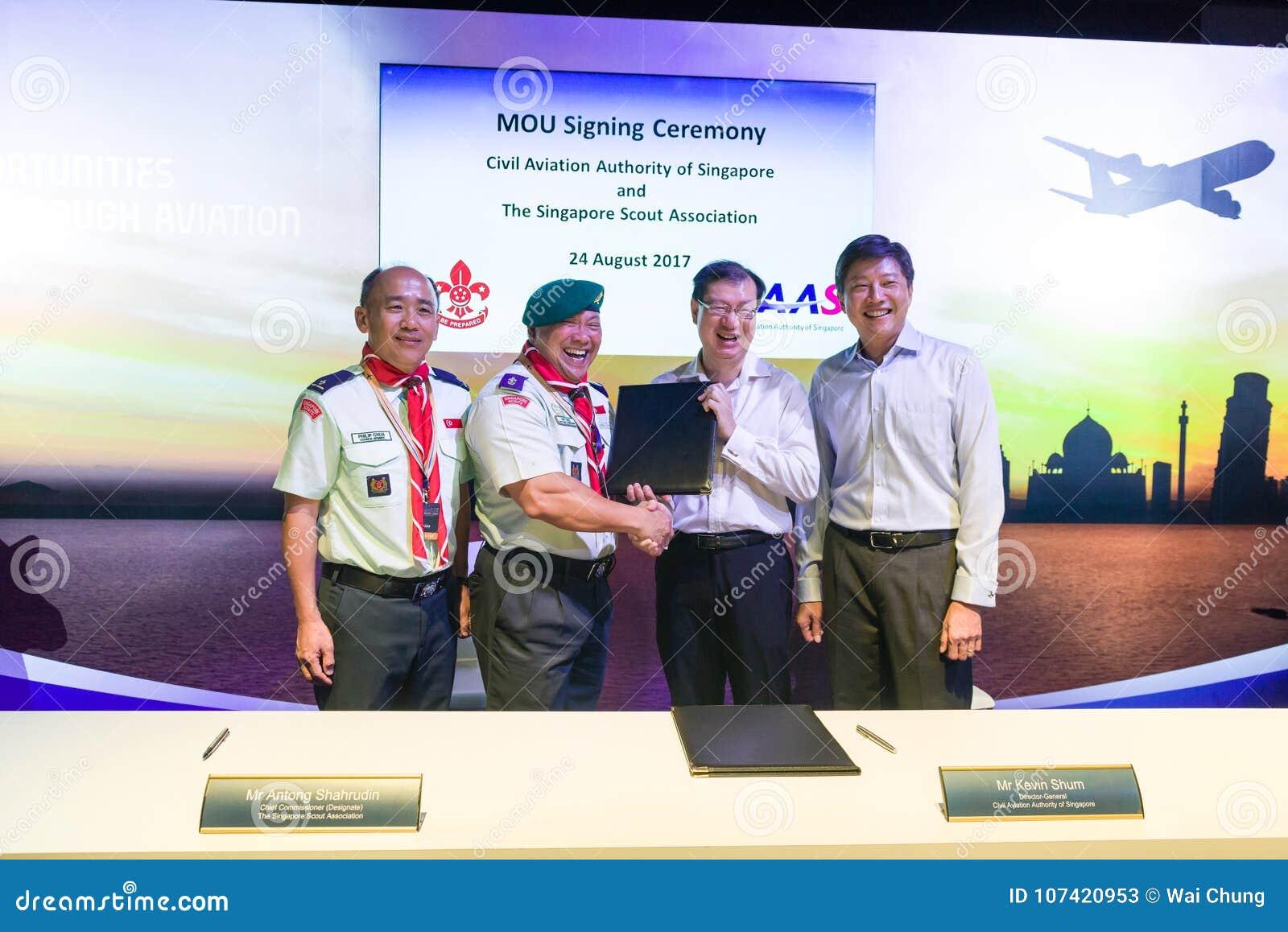 Seien Sie Ng Chee Meng an der Unterzeichnungszeremonie am Luftfahrt-offenen Haus behilflich