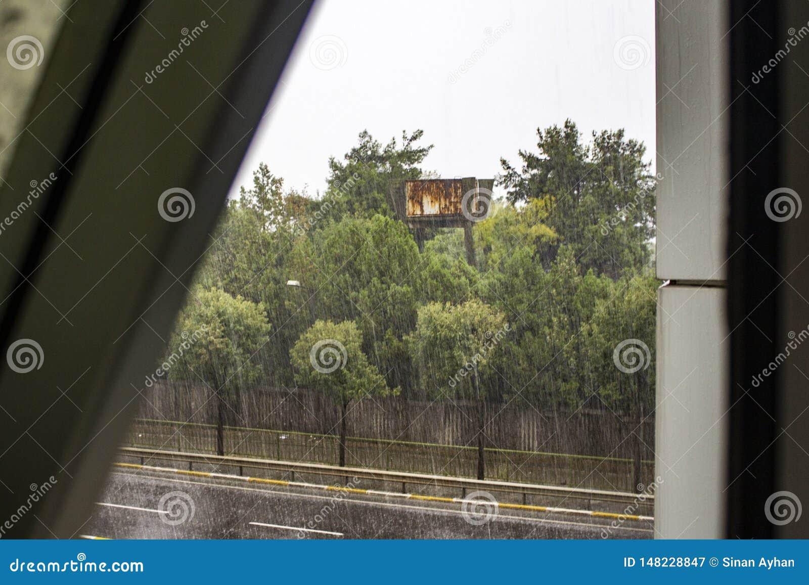 Sein rainly Tag an Fenster scane