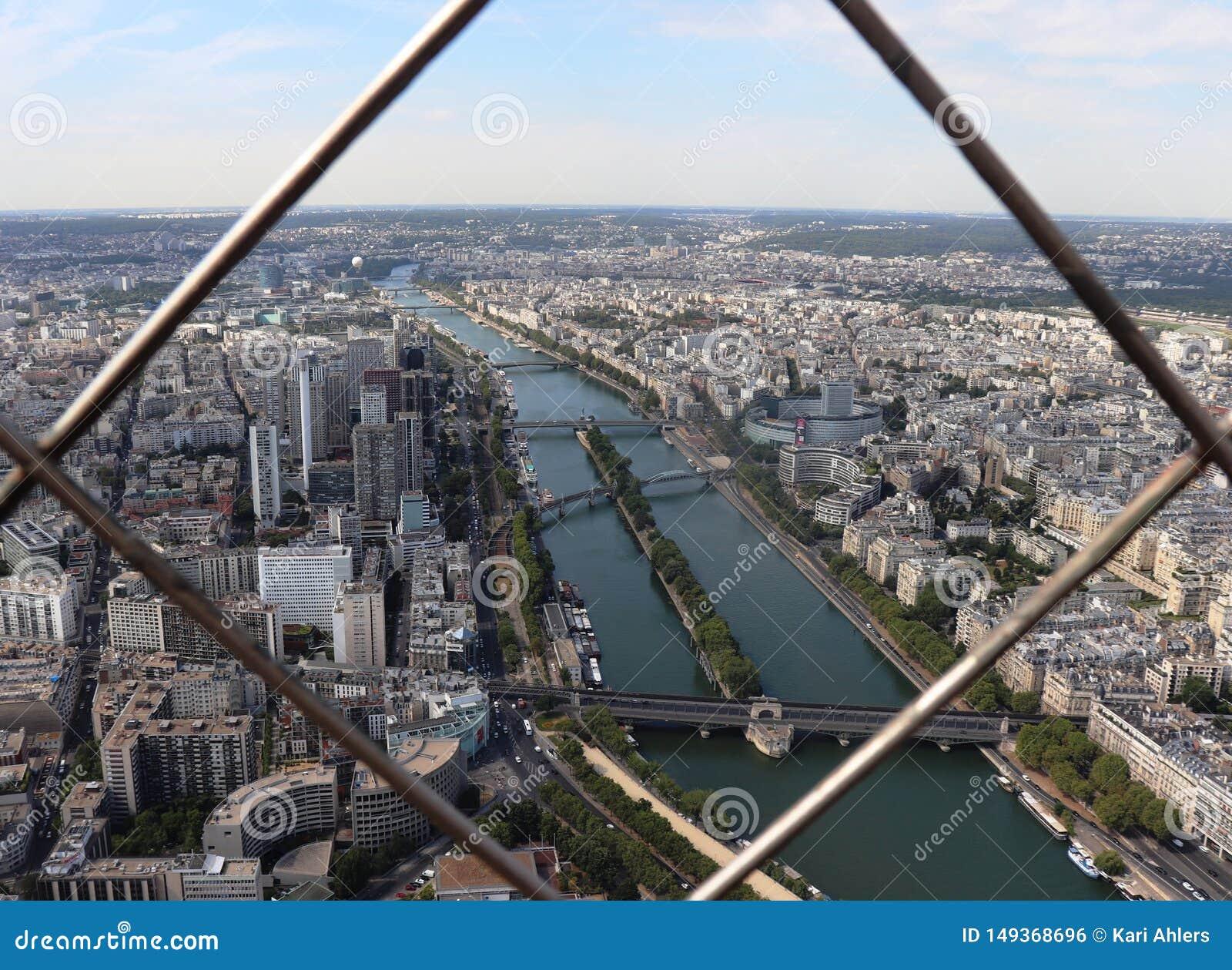 Seinen och Paris till och med stängerna av Eiffeltorn