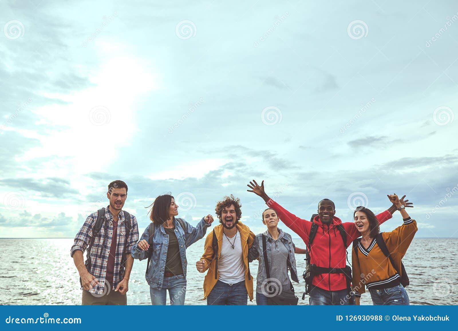 Seis gente es feliz sobre su viaje a la playa