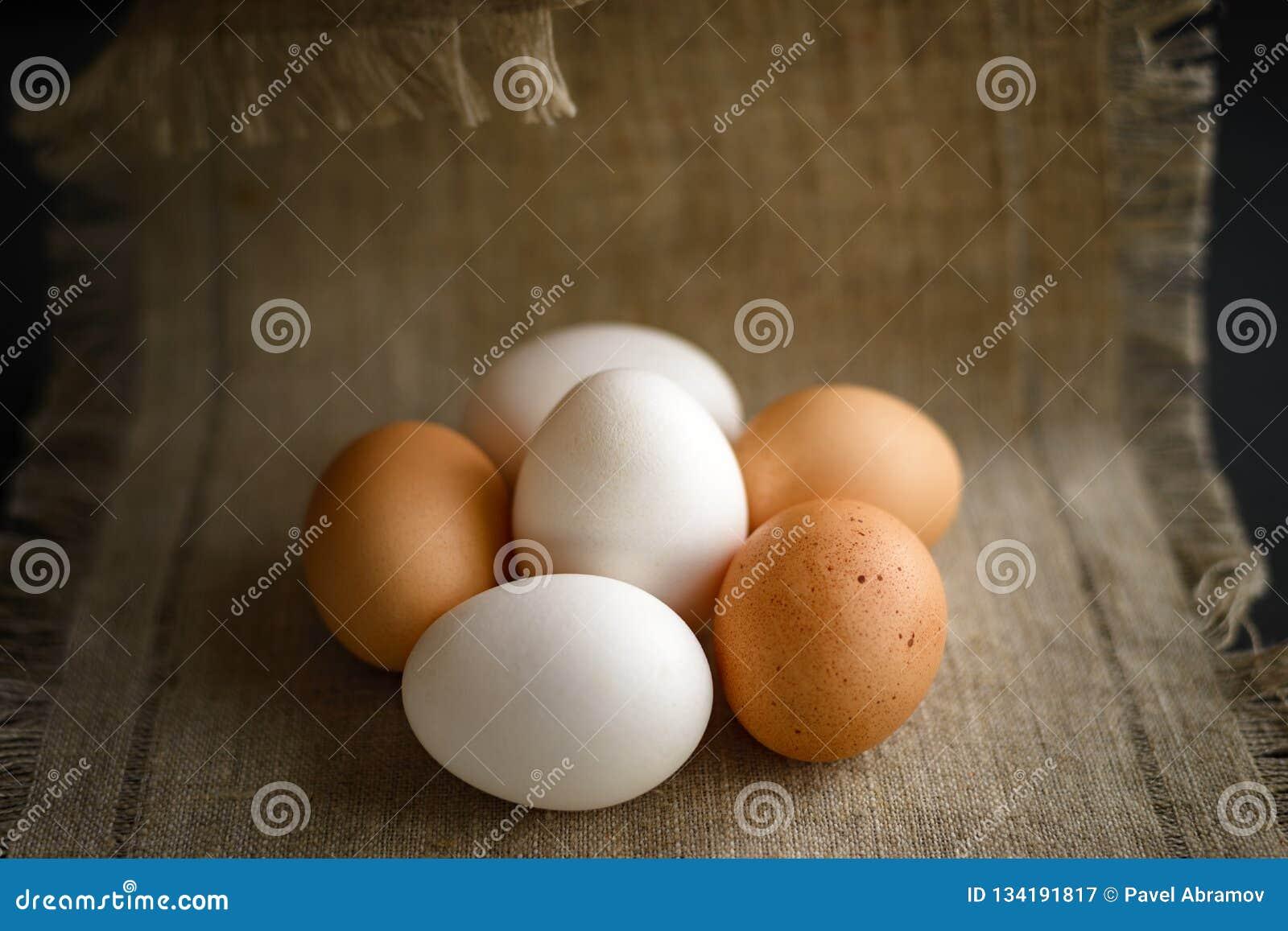 Seis huevos en una lona en un fondo oscuro
