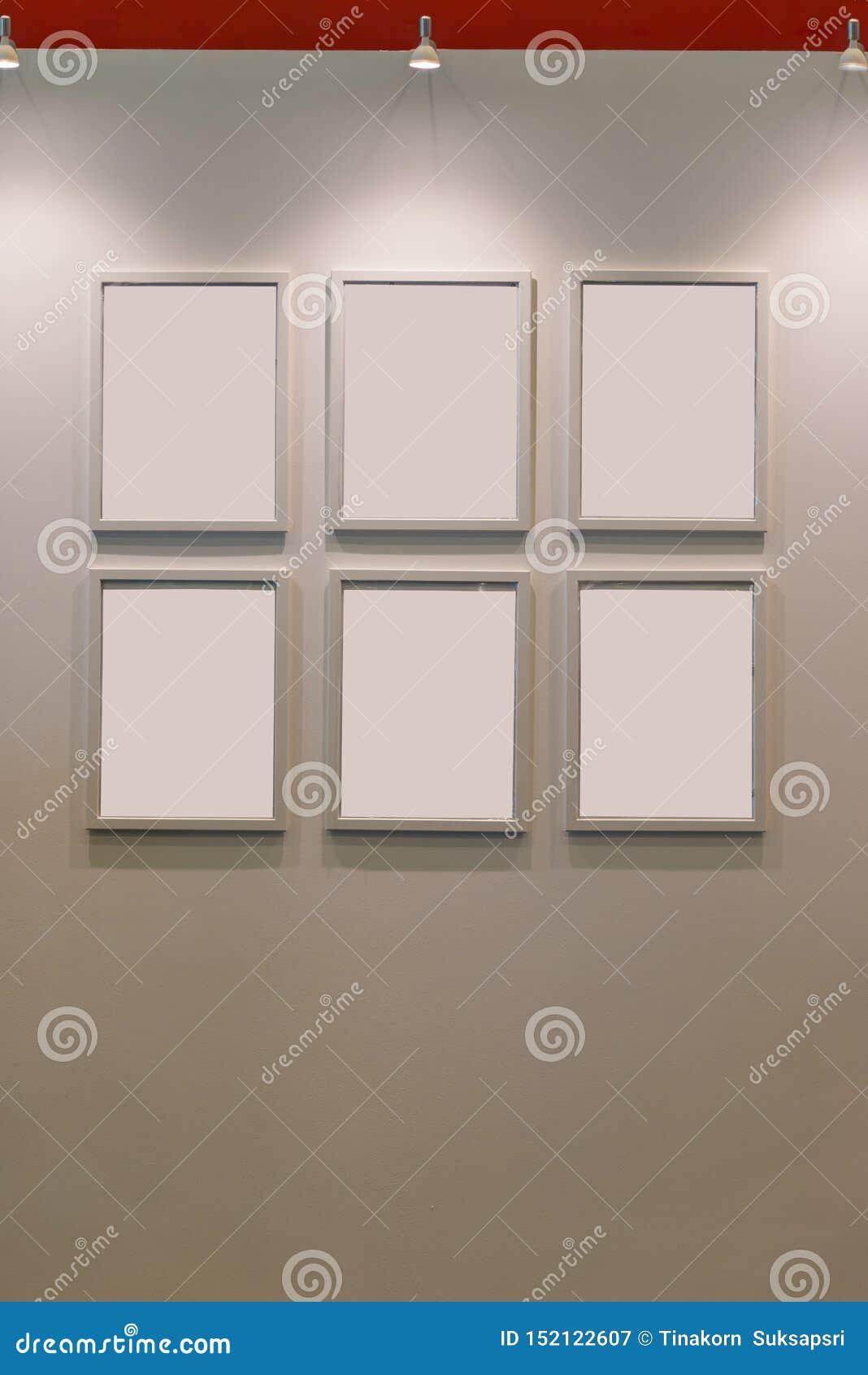 Seis marcos de madera en blanco en el contemporáneo de la decoración de la pared