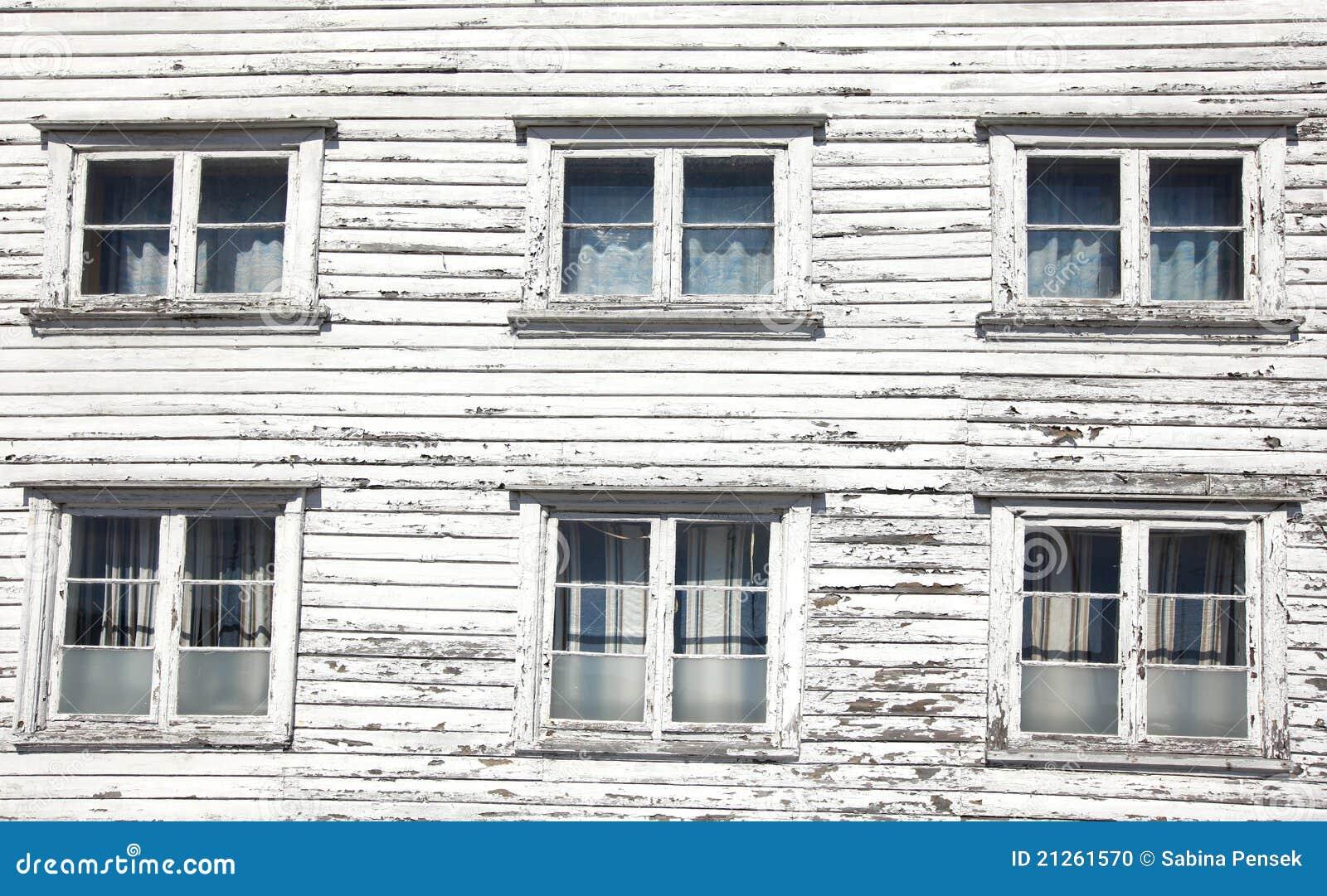 Seis ventanas en una casa de madera blanca foto de archivo - Casas de madera blancas ...