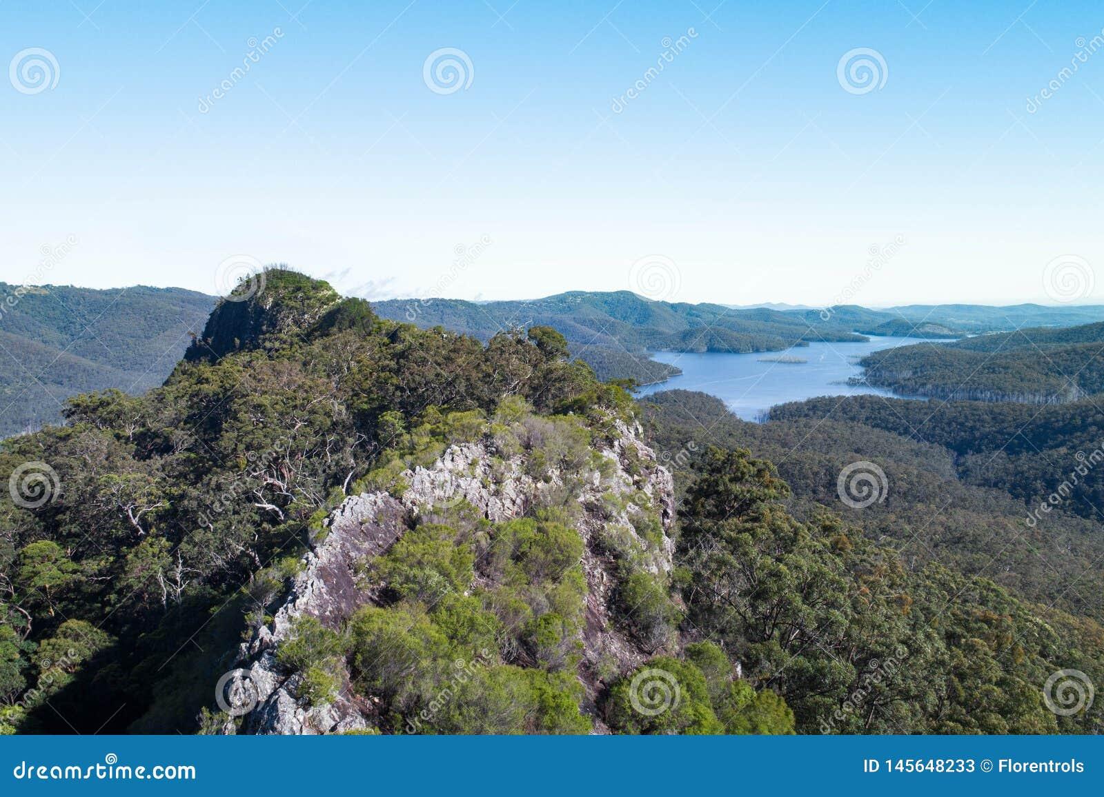 Seiten-Berggipfelvogelperspektive mit Hinze-Verdammung im Hintergrund