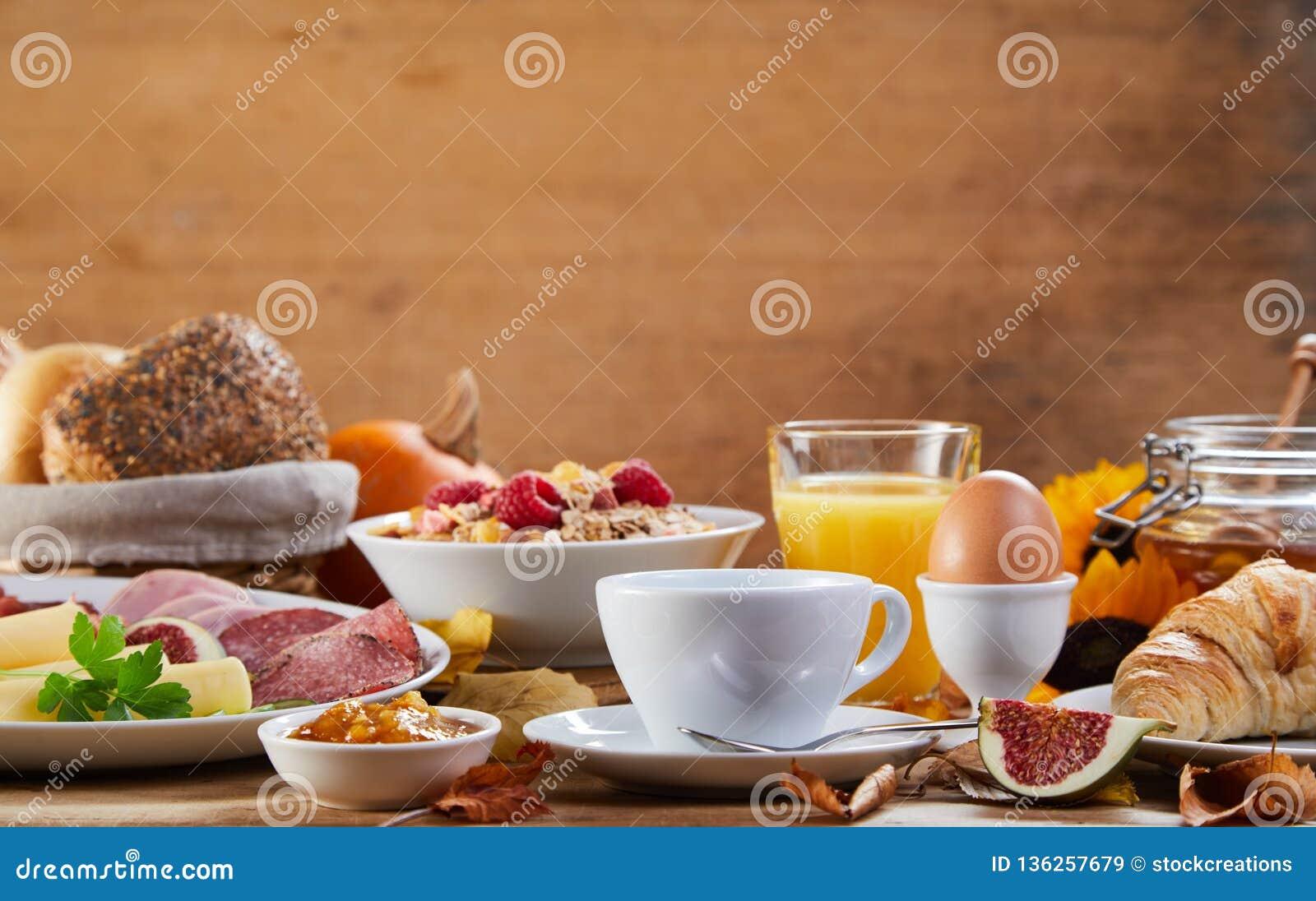 Seitenansicht der Tabelle mit Frühstücksmahlzeit