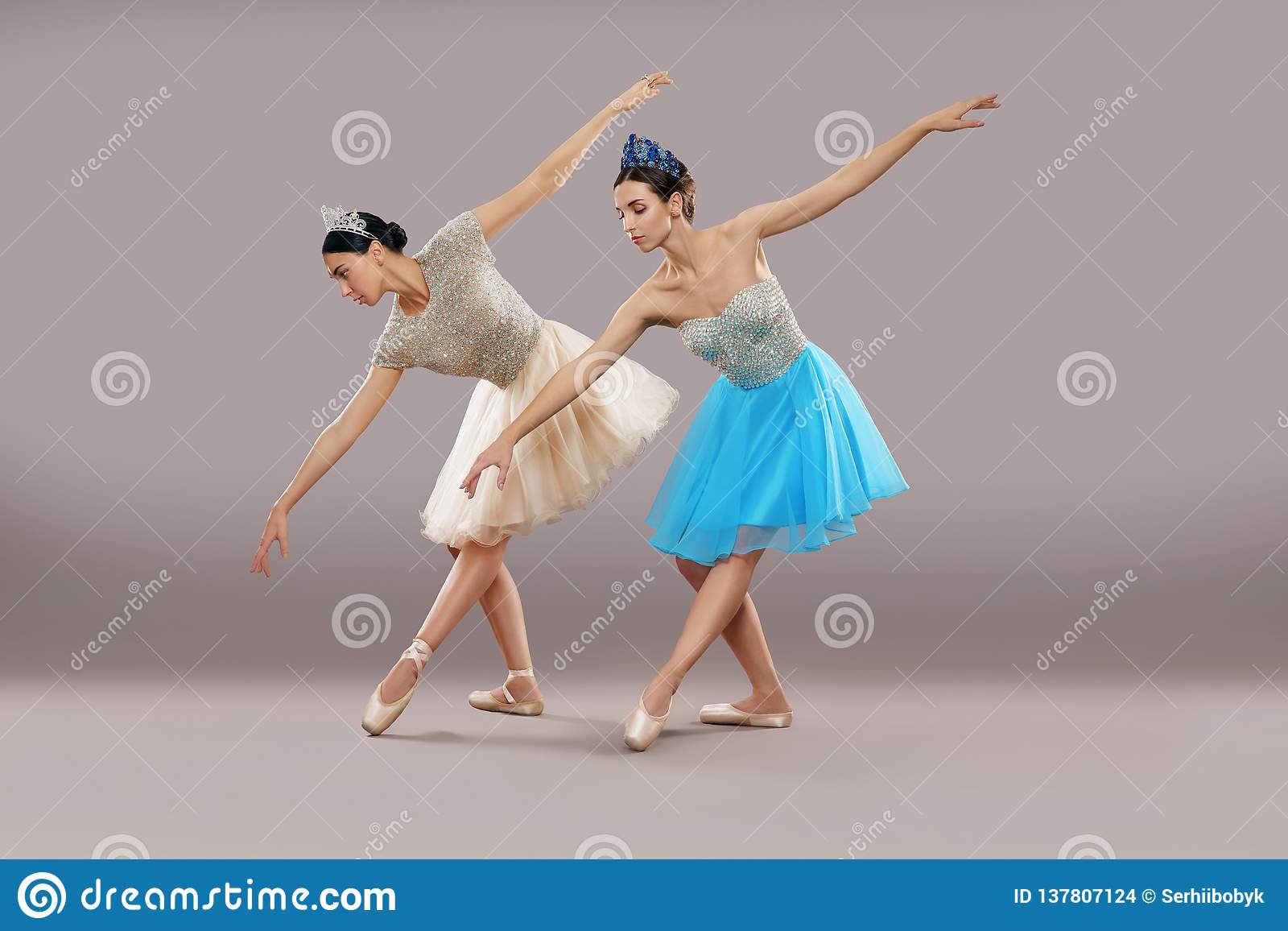 Seitenansicht von zwei Tänzern, die unten in Studio tanzen und verbiegen