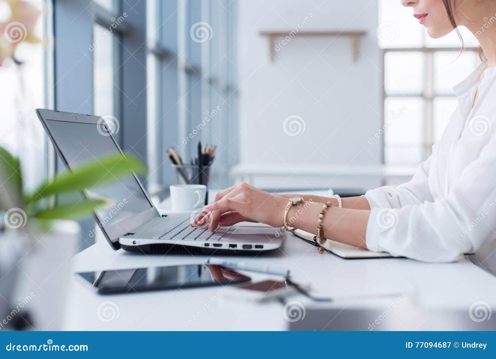 Seitenansichtporträt der Frau arbeitend im Hausbüro als Tele-Arbeiter, Schreiben- und Surfeninternet, Arbeitstag habend