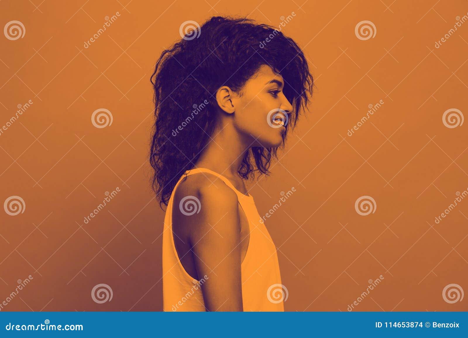 Seitenansichtporträt der schönen attraktiven Afroamerikanerfrau über duotone Studiohintergrund Kopieren Sie Raum und Duotone