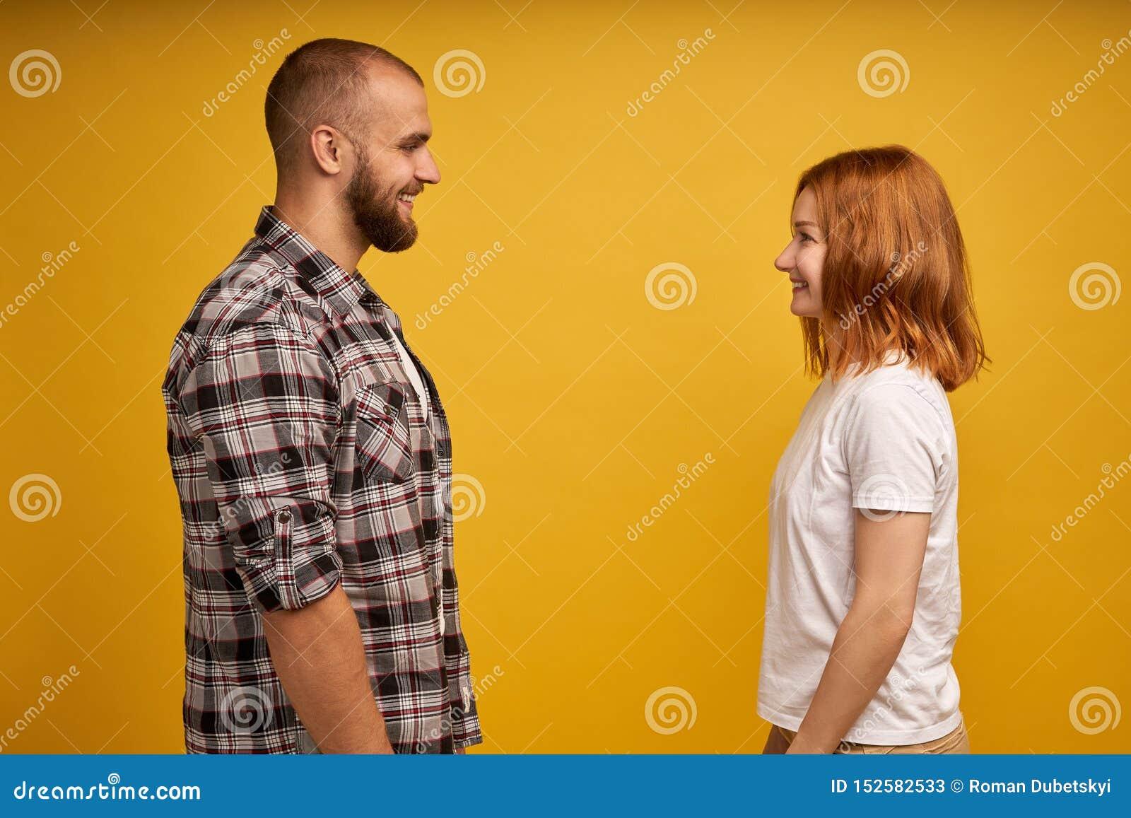 Seitenansichtporträt des Profils von den netten reizenden reizend attraktiven netten flirty Paaren, die einander Gesprächsgespräc