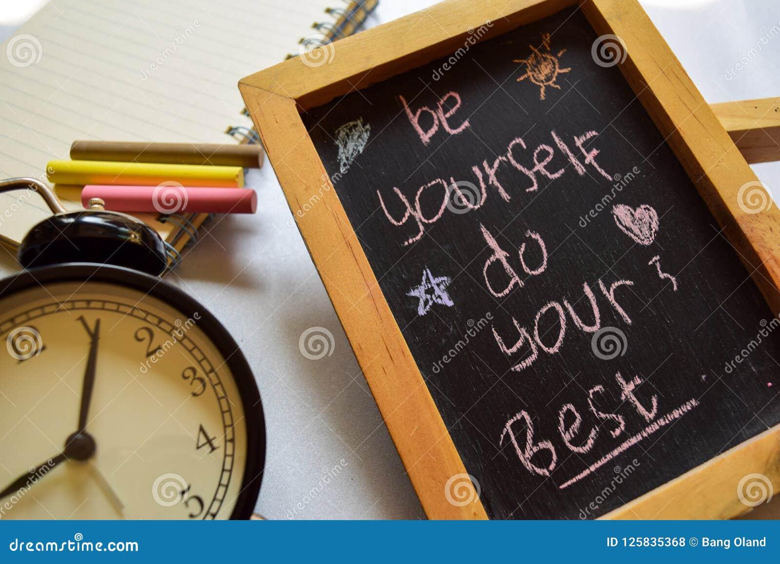 Seja seu escrito à mão colorido da frase do melhor amigo no quadro, no despertador com motivação e nos conceitos da educação