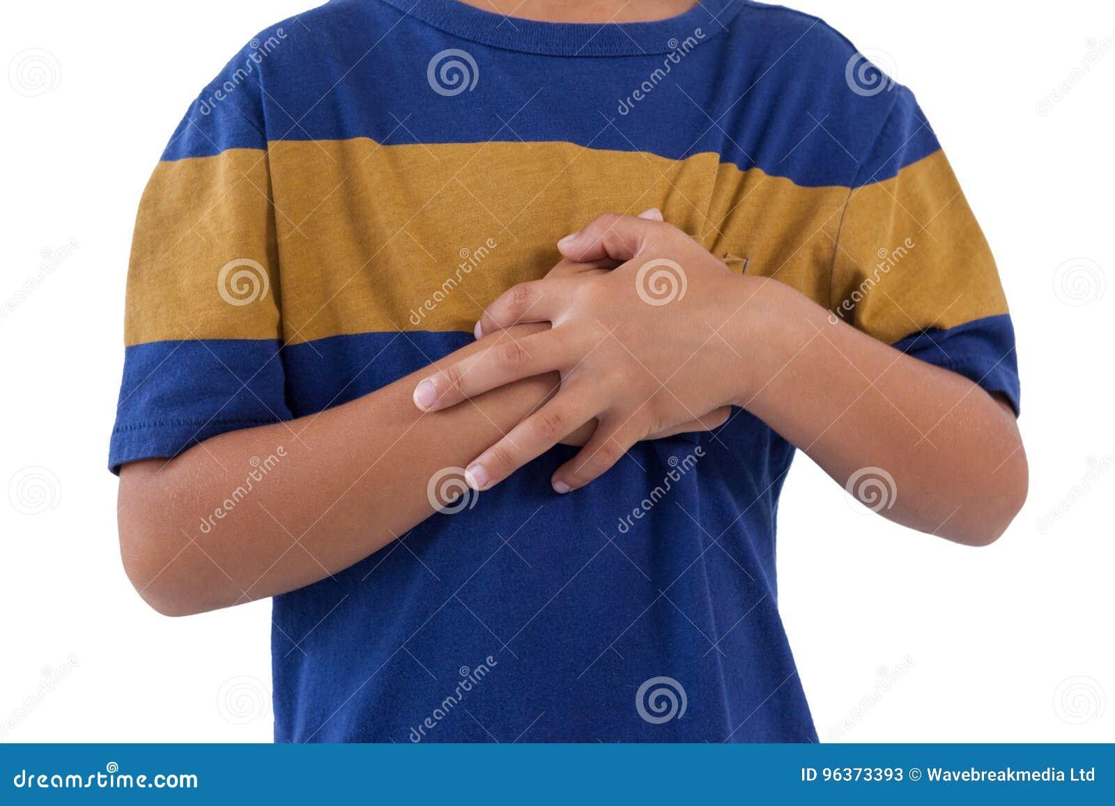 Sekcja chłopiec ma klatka piersiowa ból
