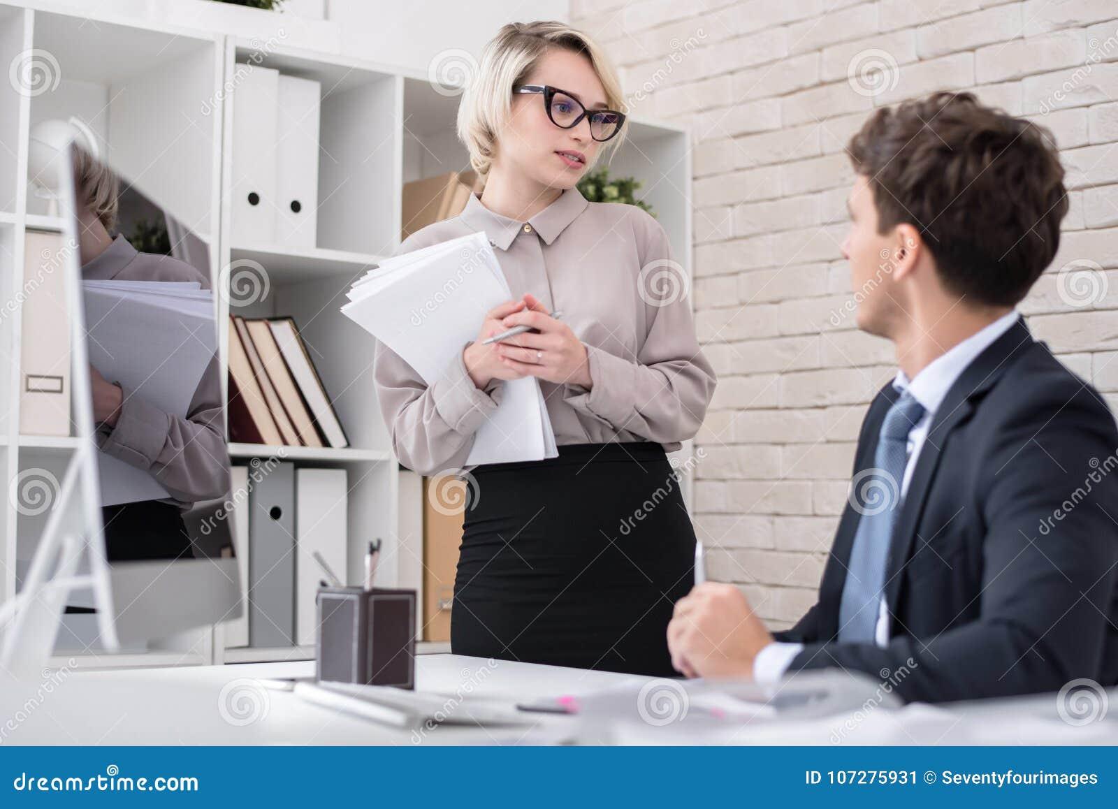 Sekretär im Büro zu beherrschen Talking,