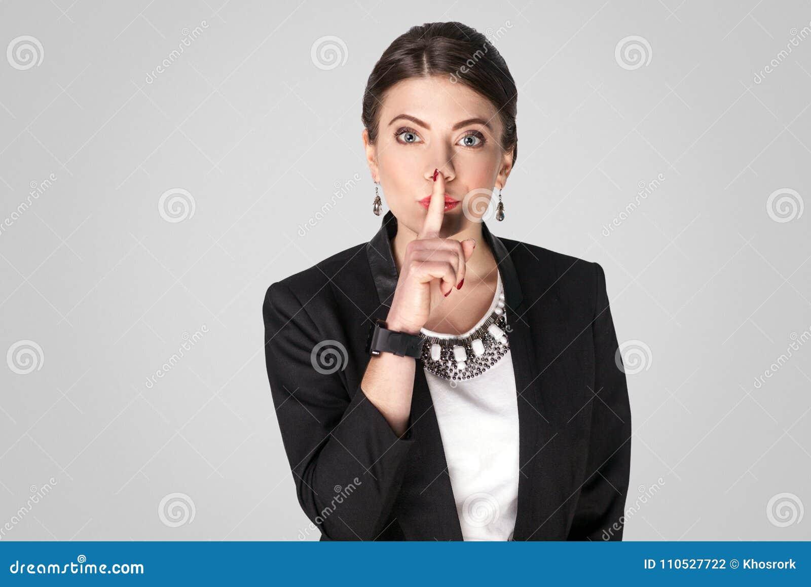 Sekret Szef kobieta pokazuje shh, zaciszność znak