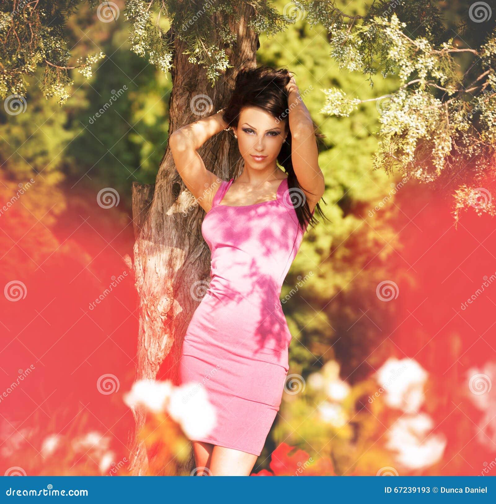 Seksowna atrakcyjna kobieta pozuje modę outdoors