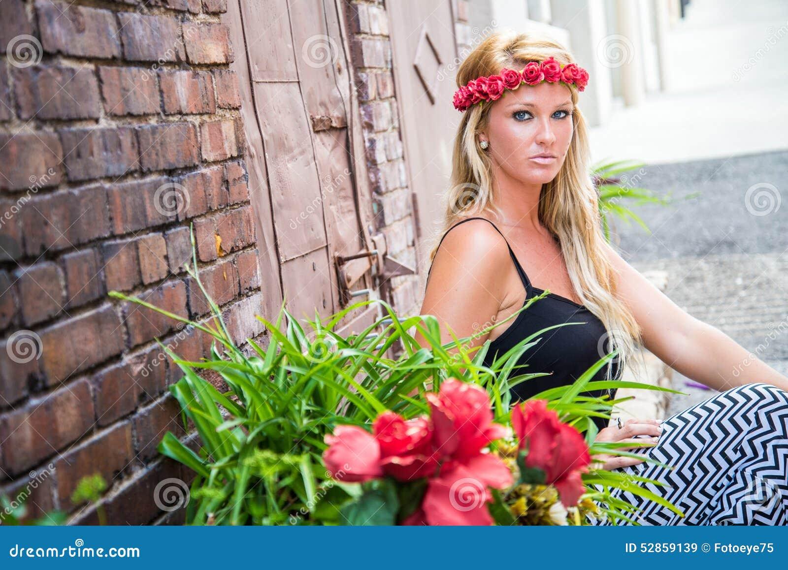 Seksowna blondynki dziewczyna w Przypadkowej modzie