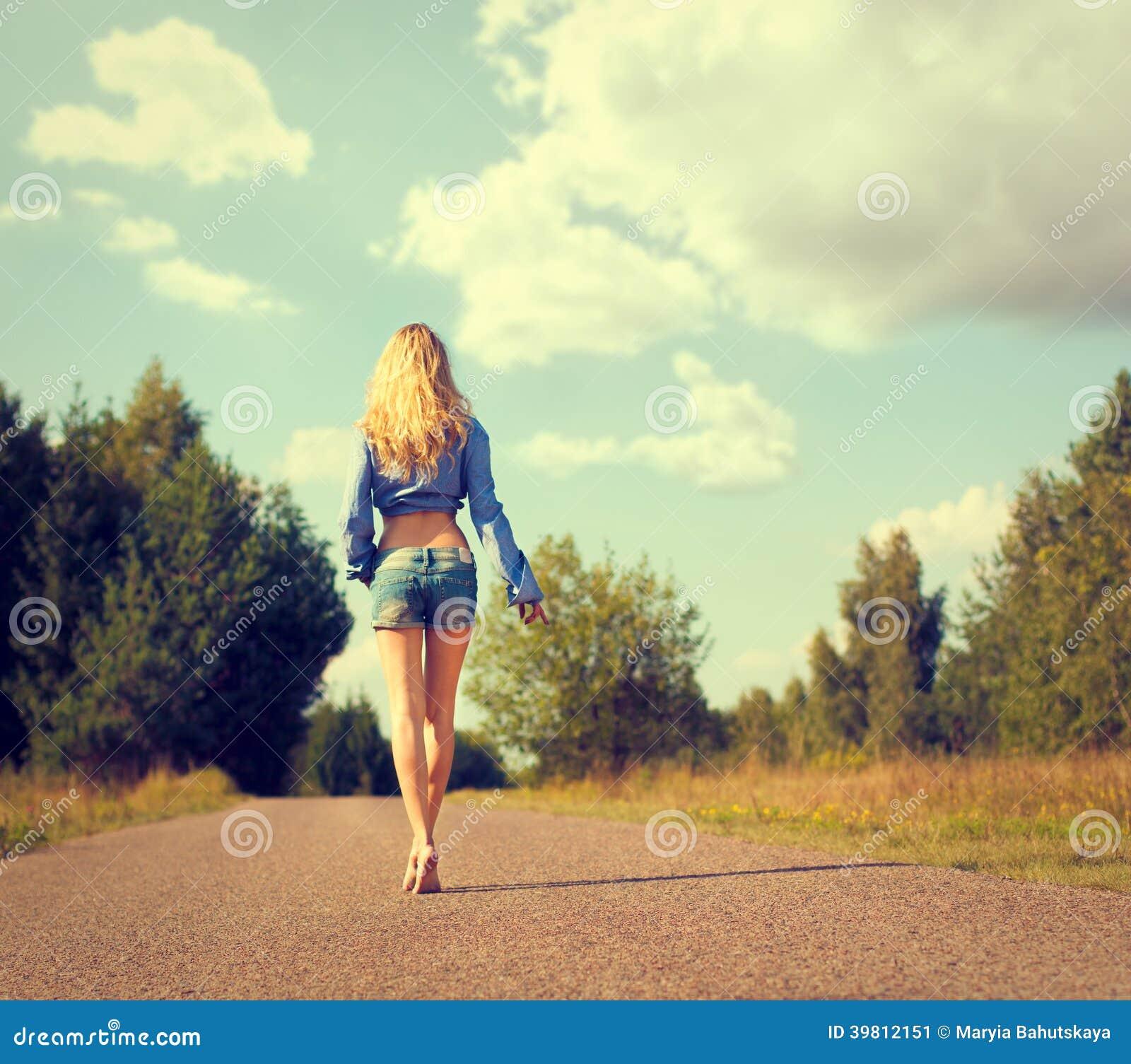 Seksowna blondynki kobieta Chodząca Daleko od
