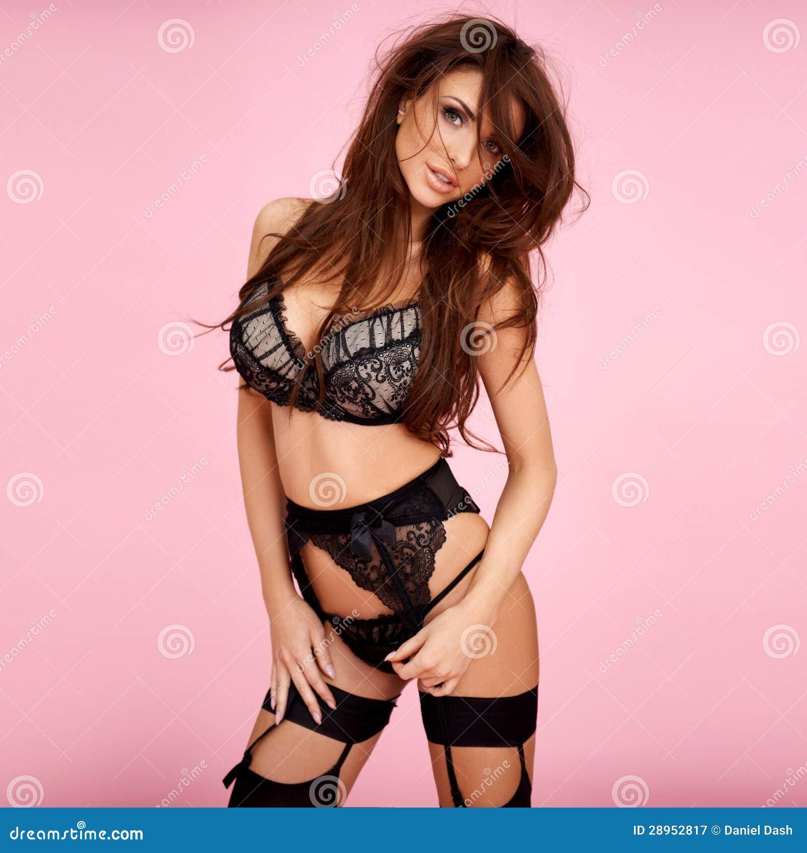 Seksowna brunetka w czarnej bieliźnie