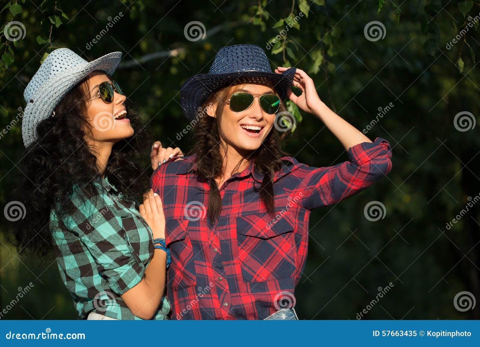 Seksowna dziewczyna w kowbojskich kapeluszach i szkockich krat koszula