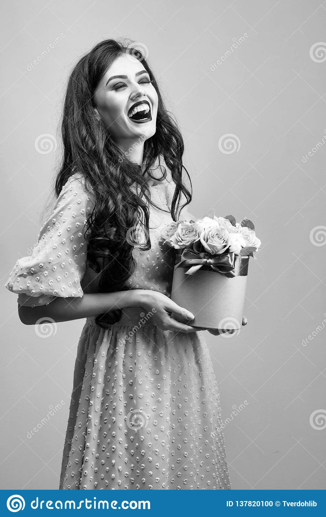 Seksowna dziewczyna z różami na zieleni