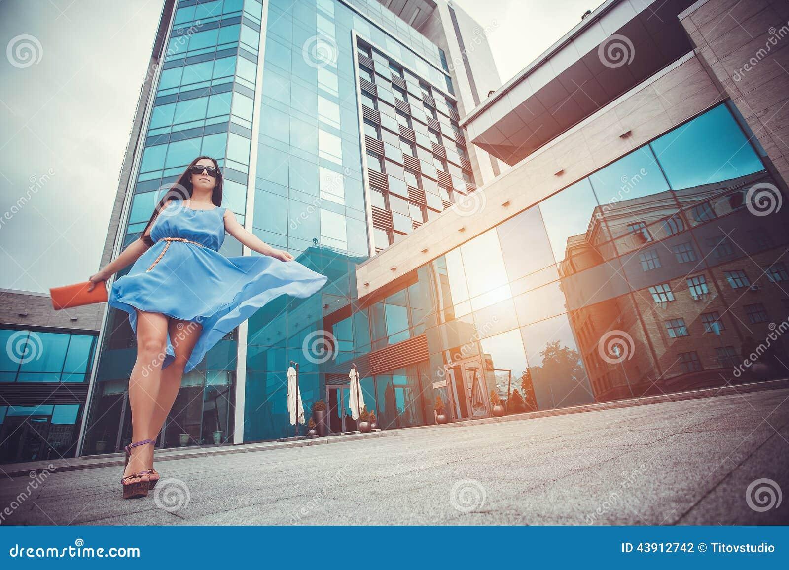 Seksowna kobieta chodzi w nowożytnym mieście