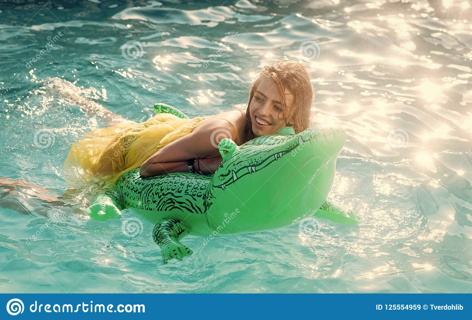 Seksowna kobieta na morzu z nadmuchiwaną materac Moda krokodyla dziewczyna w wodzie i skóra Relaksuje w luksusowym pływackim base