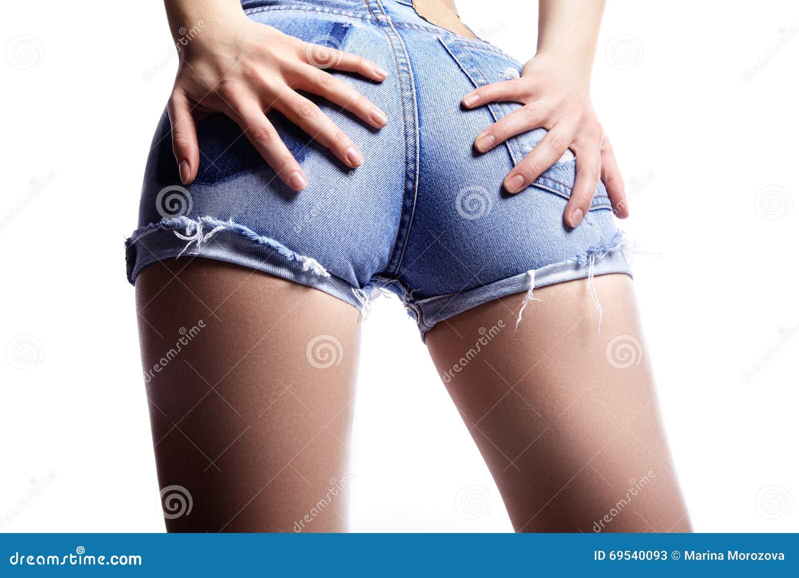 Seksowna kobieta w moda niebieskich dżinsów skrótach Perfect gorący łupu i erotyka krzyw biodra Dobry ciało kształtuje whithout c