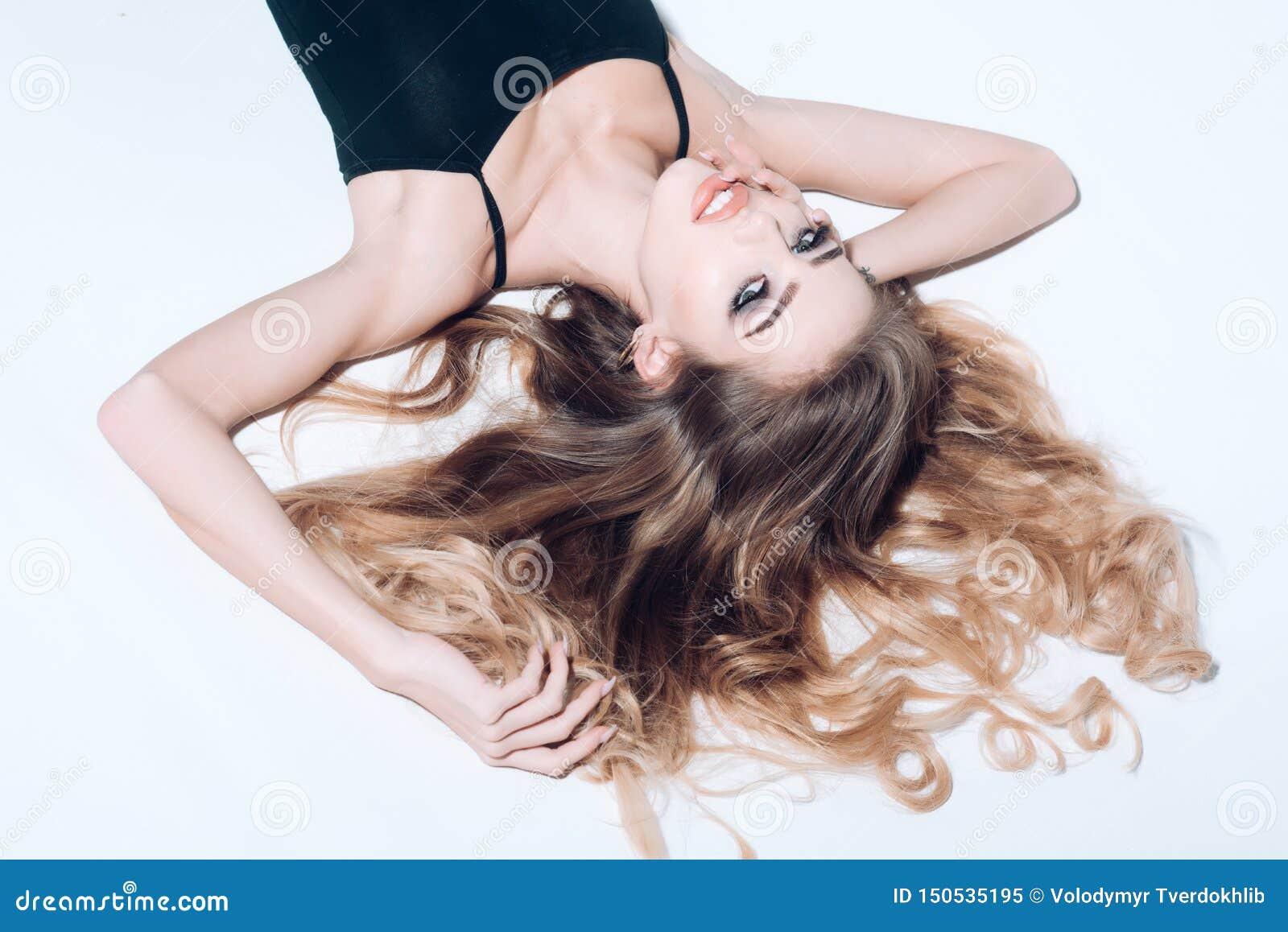 Seksowna kobieta z długie włosy odosobnionym na bielu seksowna kobieta doskonalić makeup na ładnej twarzy