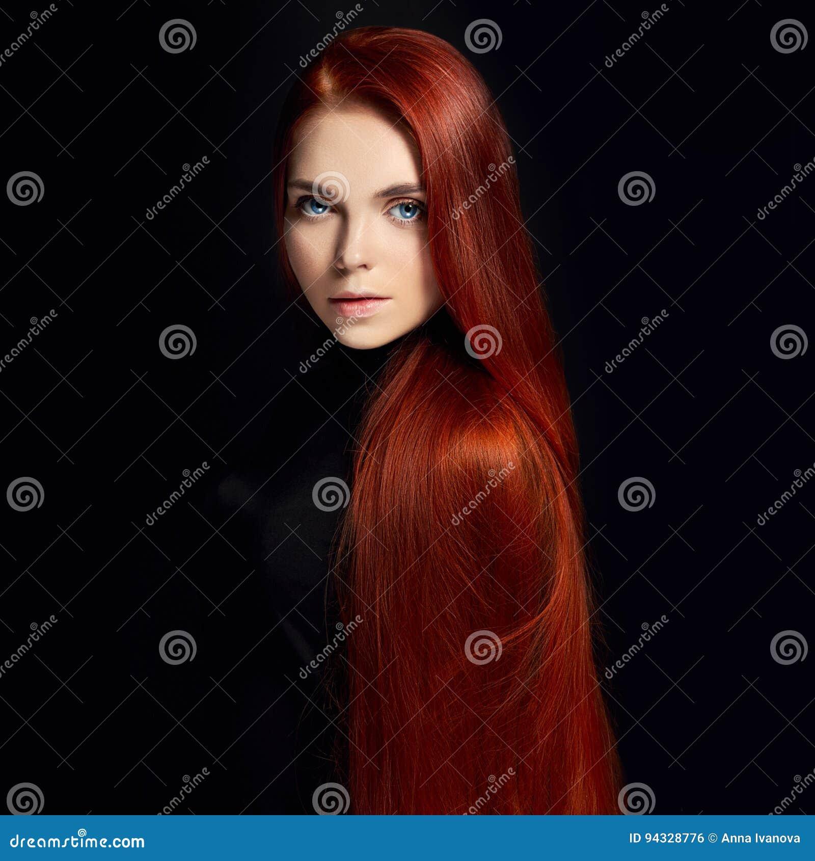 Seksowna piękna rudzielec dziewczyna z długie włosy Perfect kobieta portret na czarnym tle Wspaniały włosy i głęboko przygląda si